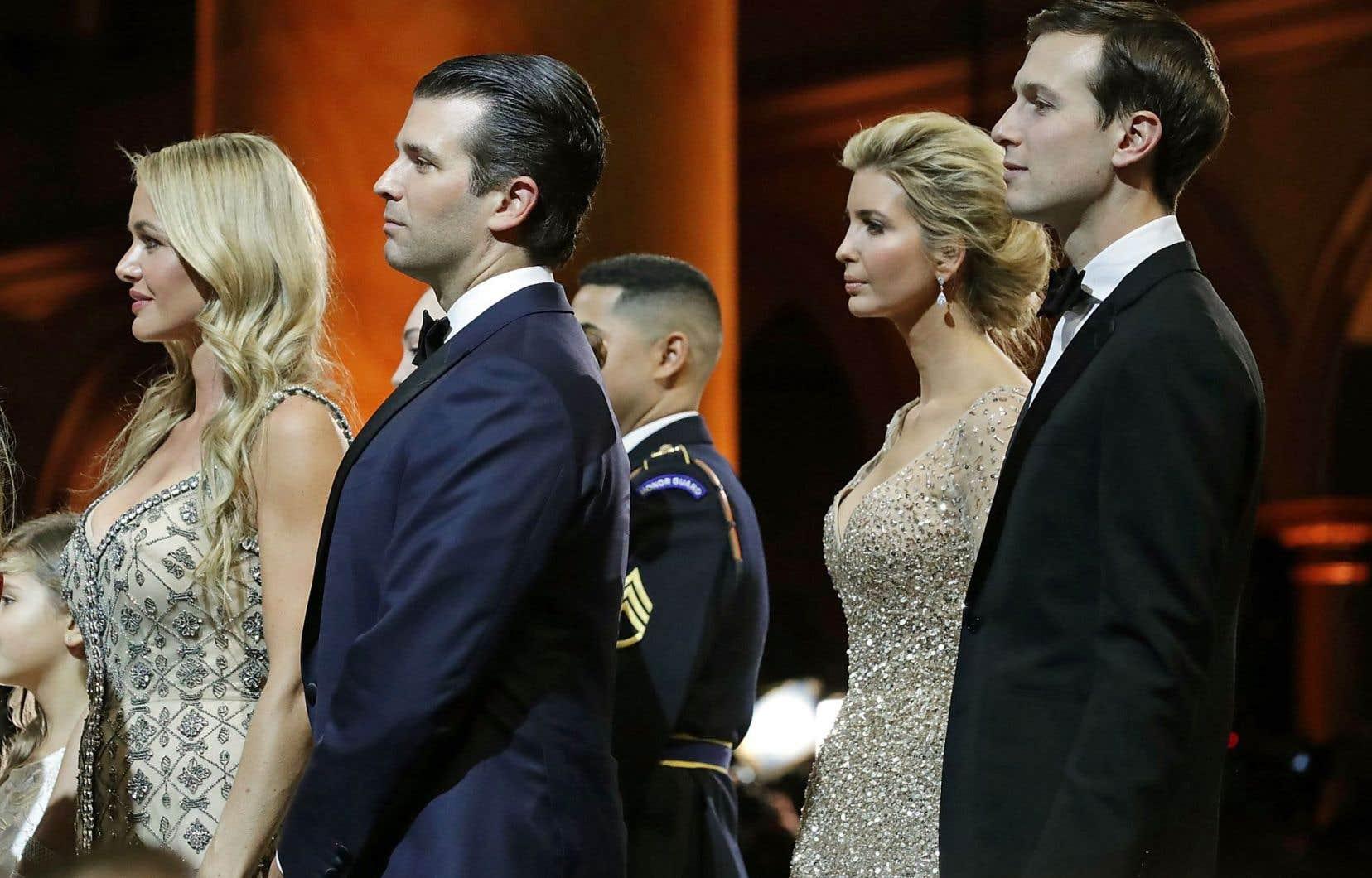 Donald Trump Jr a rencontré l'avocate russe avec Jared Kushner. En arrière-plan, la conjointe de Trump Junior, Vanessa Haydon (à gauche), suivis de Kushner et d'Ivanka Trump.