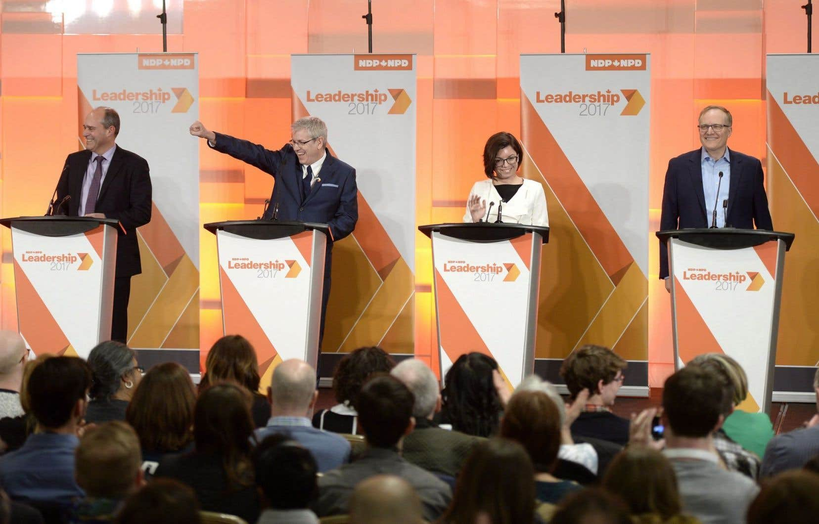 Les candidats Guy Caron, Charlie Angus, Niki Ashton et Peter Julian(qui s'est récemment retiré de la course) lors du premier débat de la course, à Ottawa, en mars dernier.