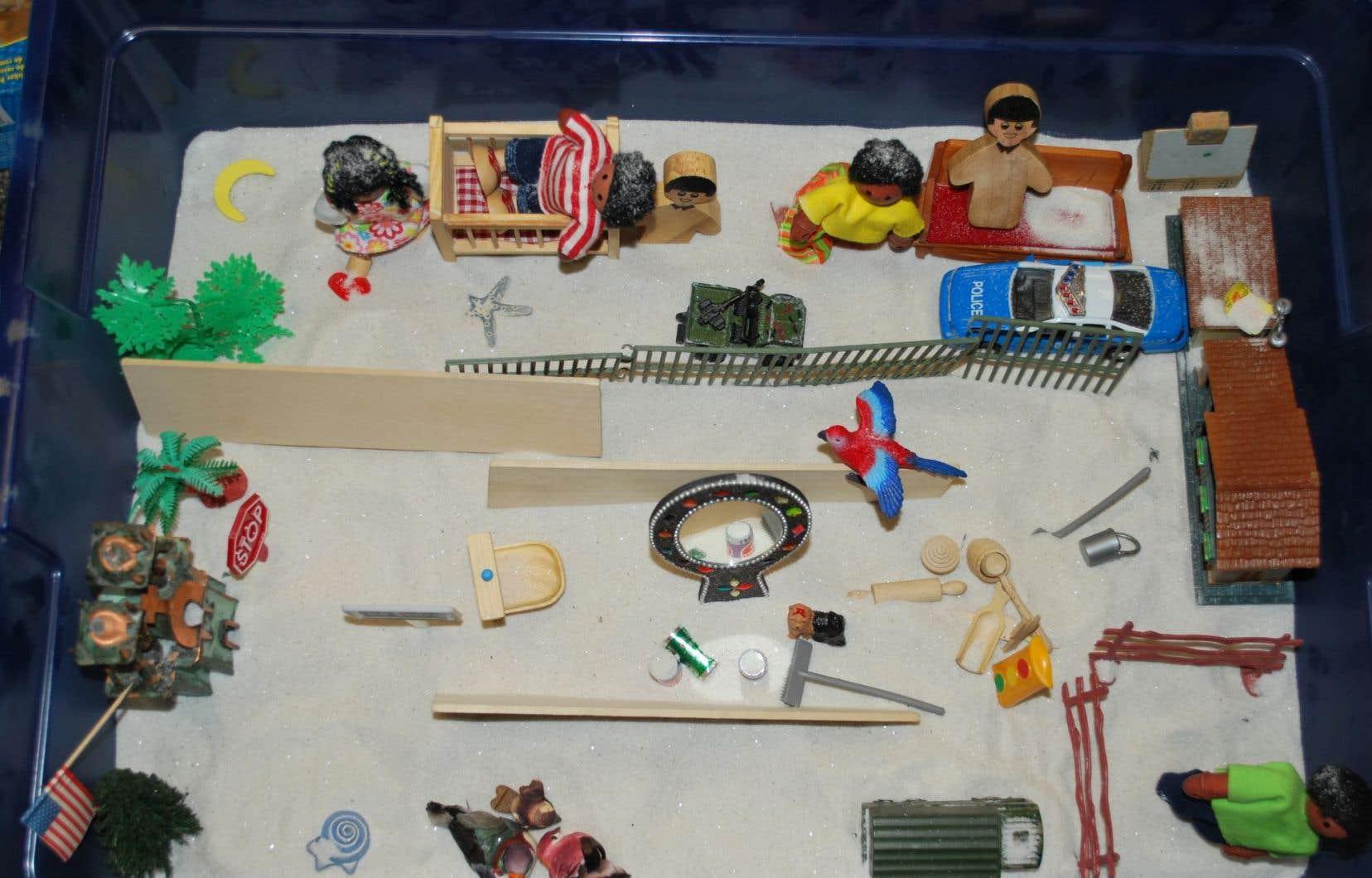 À l'aide de figurines, Kavni met en place un monde familier, rassurant.