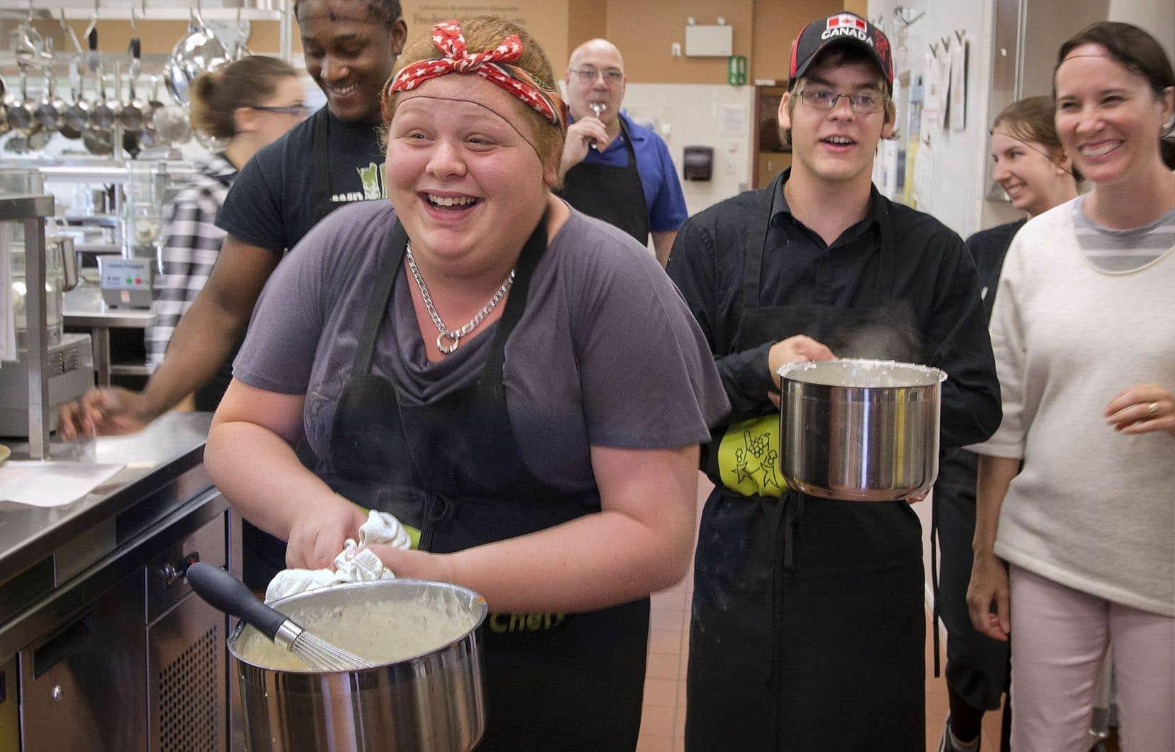 Myriam rêve d'avoir son propre restaurant. Elle fait ses premières armes sur une béchamel — plutôt épicée — au cours d'un «bootcamp» visant à offrir une formation en cuisine adaptée pour les jeunes qui sortent des centres jeunesse.