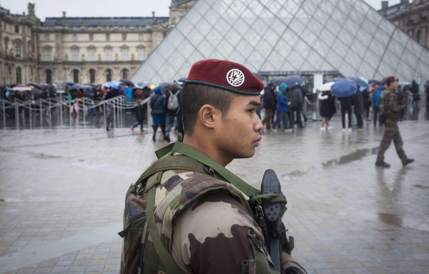 Un soldat français patrouille près du musée du Louvre à Paris, en février 2017, 24 heures après qu'un assaillant brandissant des machettes en criant «Allahou Akbar!» y a été abattu par les autorités.