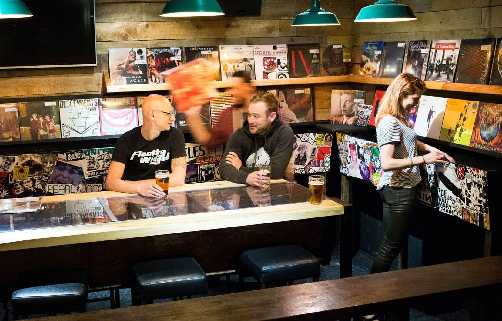 Martin Desgroseilliers et Maxime Rousseau sont accoudés au bar du nouveau Vinyle Chope.