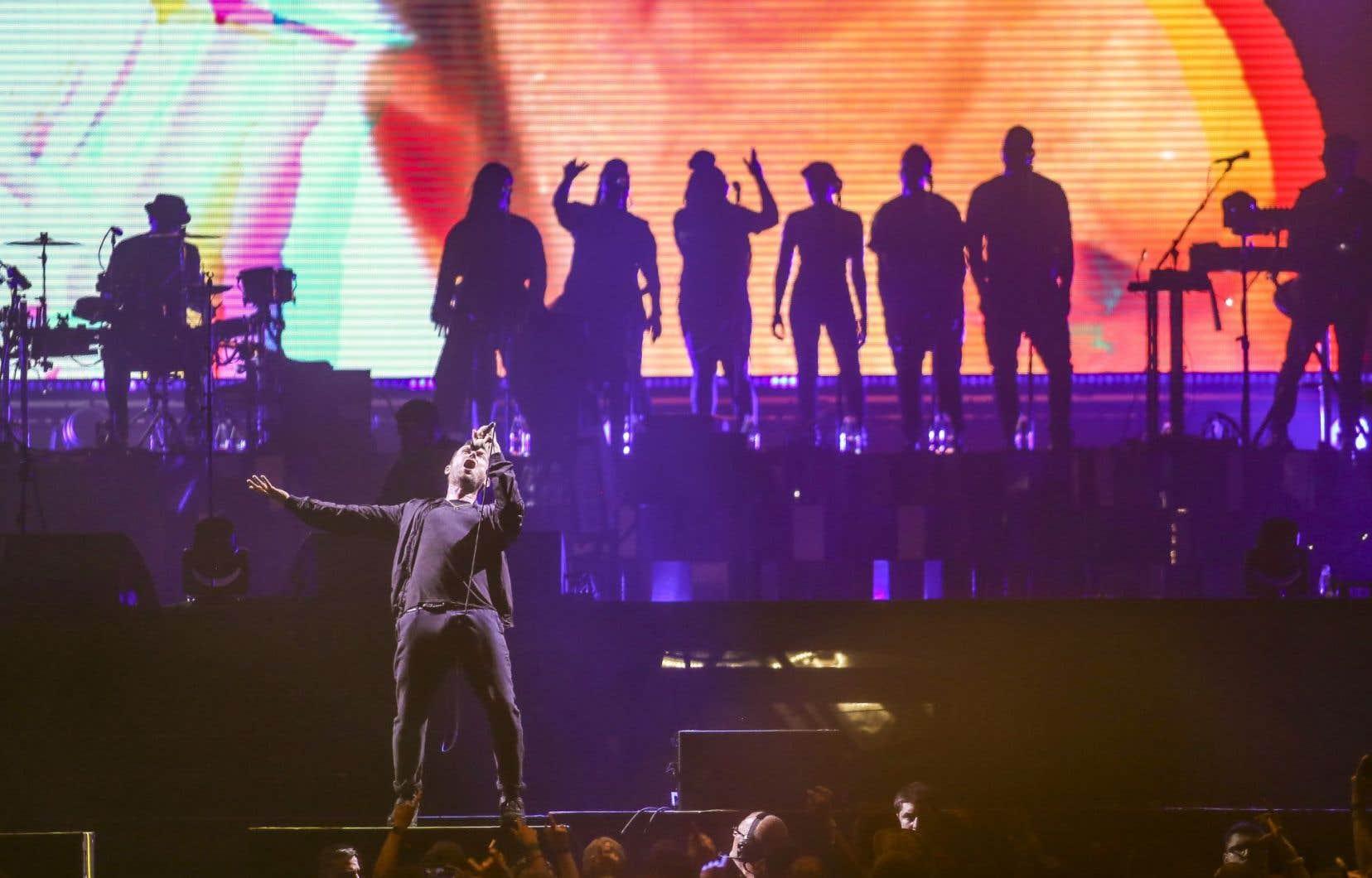 Pendant «Strobelite», le chanteur Peven Everett a quitté momentanément le choeur gospel pour capter l'attention du public.