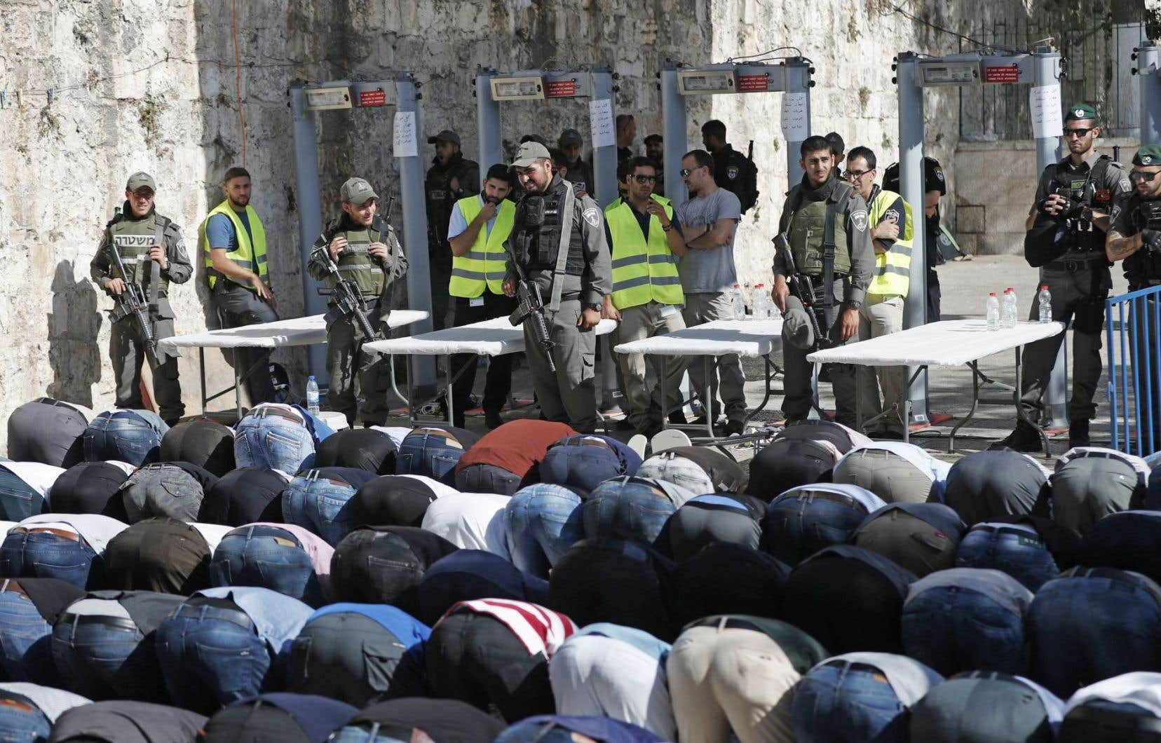 En guise de protestation devant les nouvelles mesures de sécurité pour l'accès à l'esplanade des Mosquées, de nombreux fidèles musulmans ont prié à l'extérieur du site religieux.