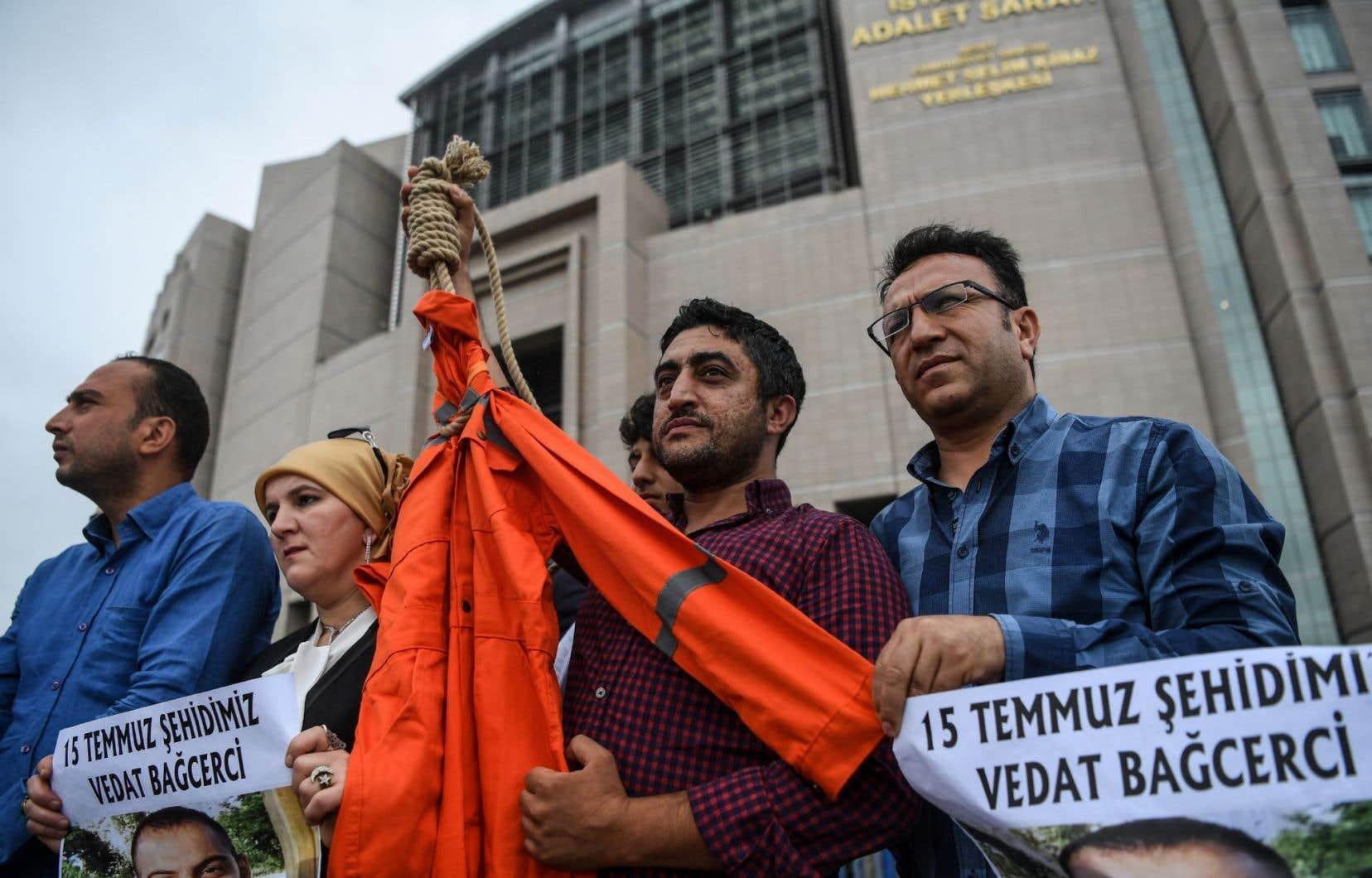 Depuis le putsch avorté, plus de 50000 personnes ont été arrêtées et plus de 100000 limogées.