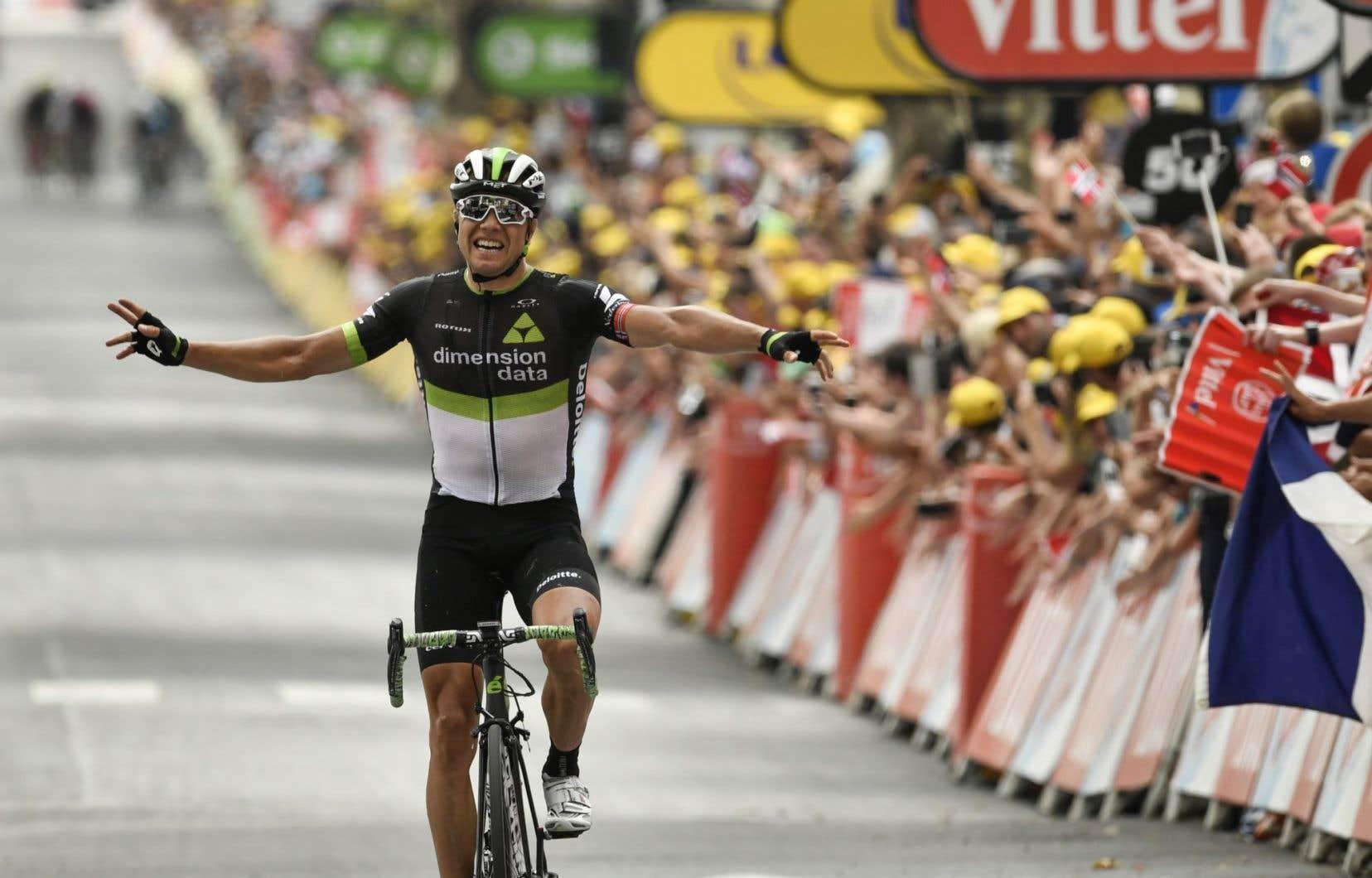 En prenant une meilleure trajectoire dans un rond-point à 3 kilomètres de l'arrivée, Boasson Hagen a surpris ses compagnons d'échappée pour enlever son premier succès dans le Tour 2017.
