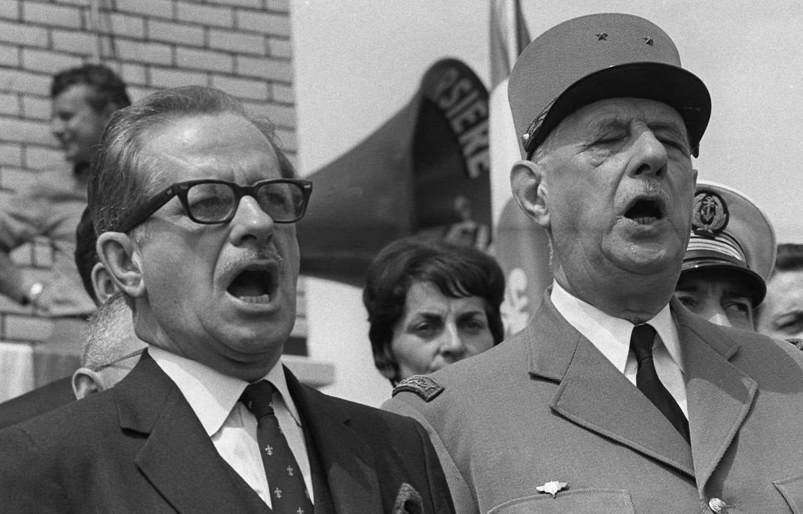 Le président français Charles de Gaulle et le premier ministre du Québec, Daniel Johnson, chantent l'hymne national à Montréal le 24 juillet 1967.