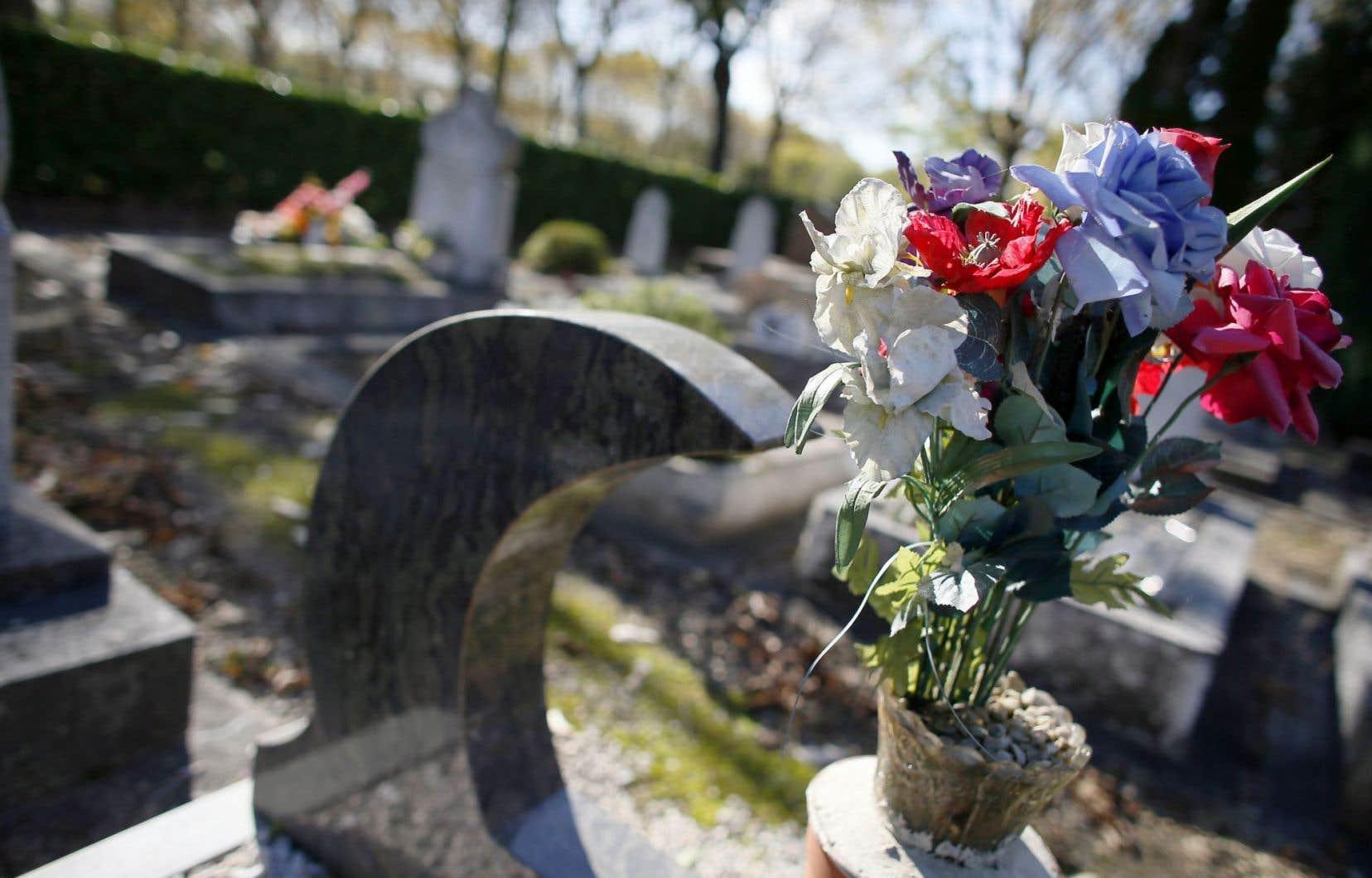 Un monument dans la section musulmane du cimetière municipal de Thiais, au sud de Paris, en France.