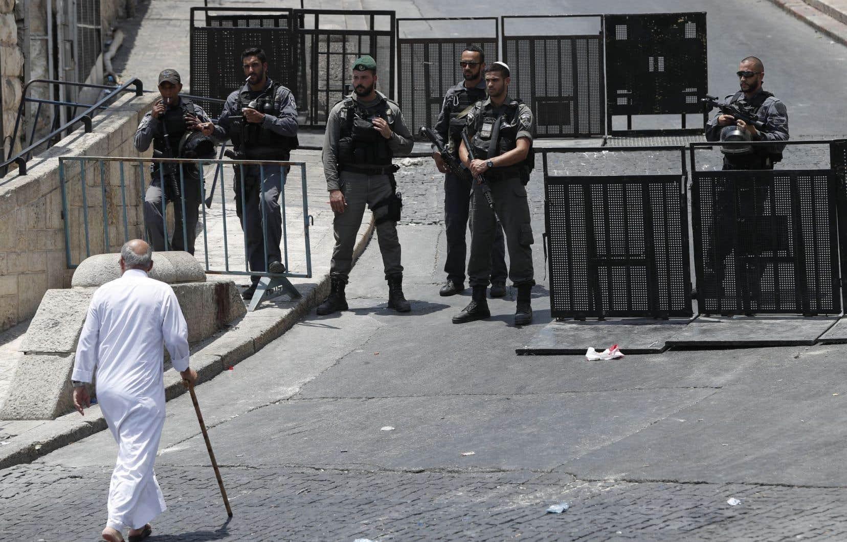 Israël a justifié l'installation de portiques de sécurité aux accès de l'esplanade des Mosquées en disant que les armes utilisées pour tuer deux policiers israéliens le 14juillet avaient été cachées dans ce site ultrasensible de la vieille ville.
