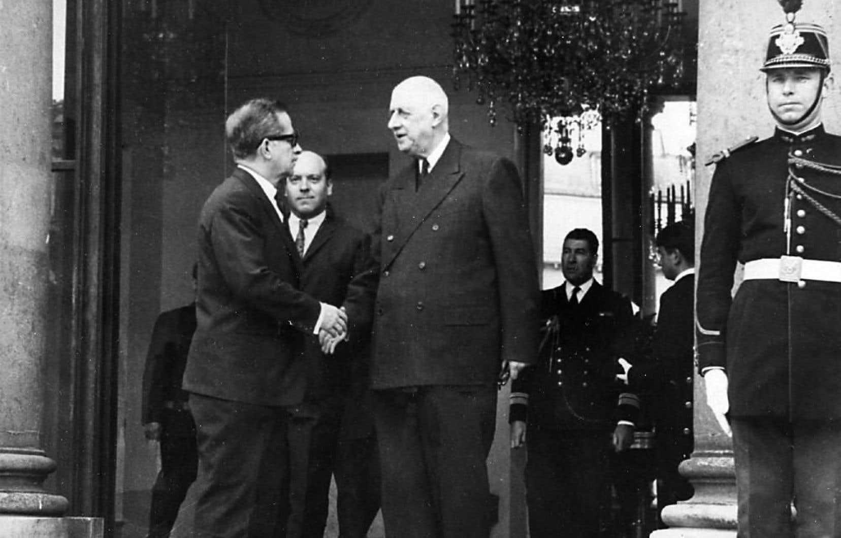Le général de Gaulle serre la main du premier ministre du Québec de l'époque, Daniel Johnson.