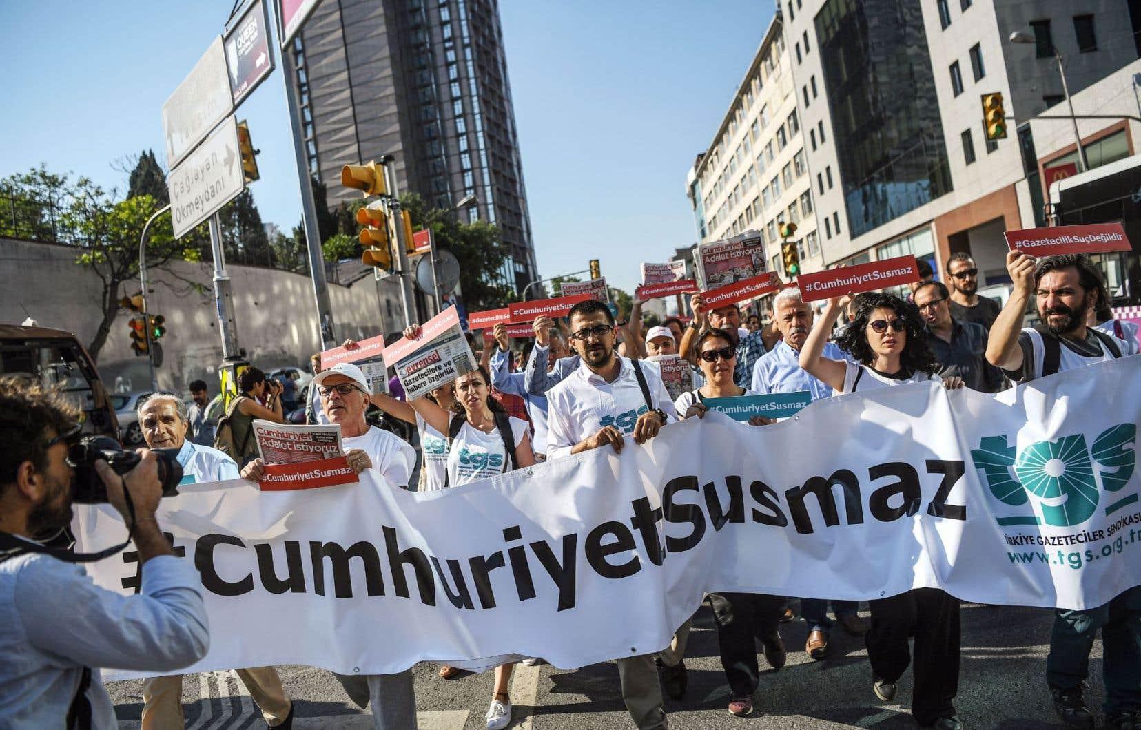Une large campagne de mobilisation internationale a été lancée pour la défense des journalistes du quotidien. Sur notre photo, une manifestation de soutien, à Istanbul, le 24juillet. On peut lire sur la banderole: «