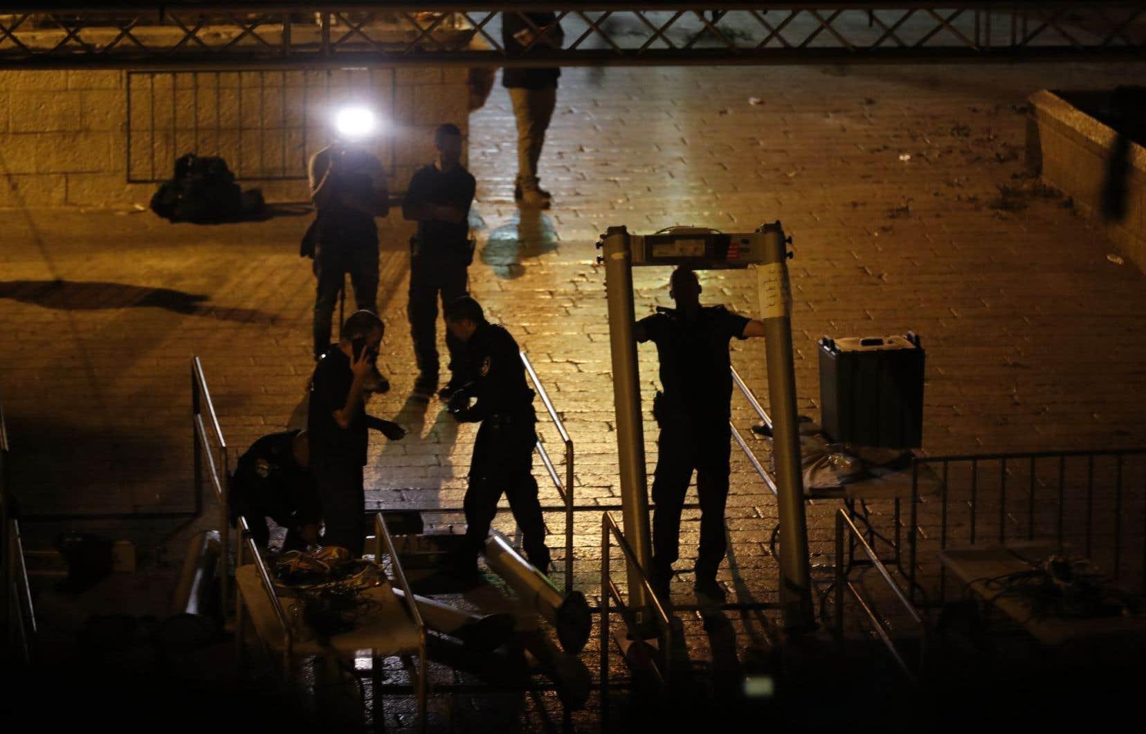 Des membres des forces de sécurité israéliennes ont retiré des barrières de sécurité à la porte des Lions, lundi, à Jérusalem.