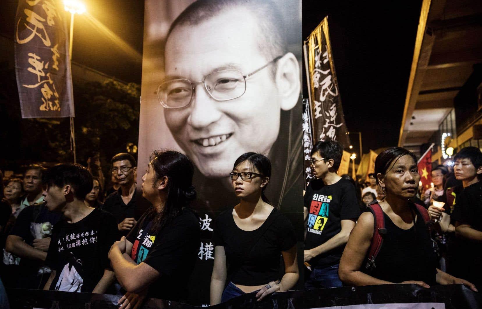 Marche funéraire en hommage au lauréat du prix Nobel de la paix dans les rues de Hong-Kong le 15 juillet dernier