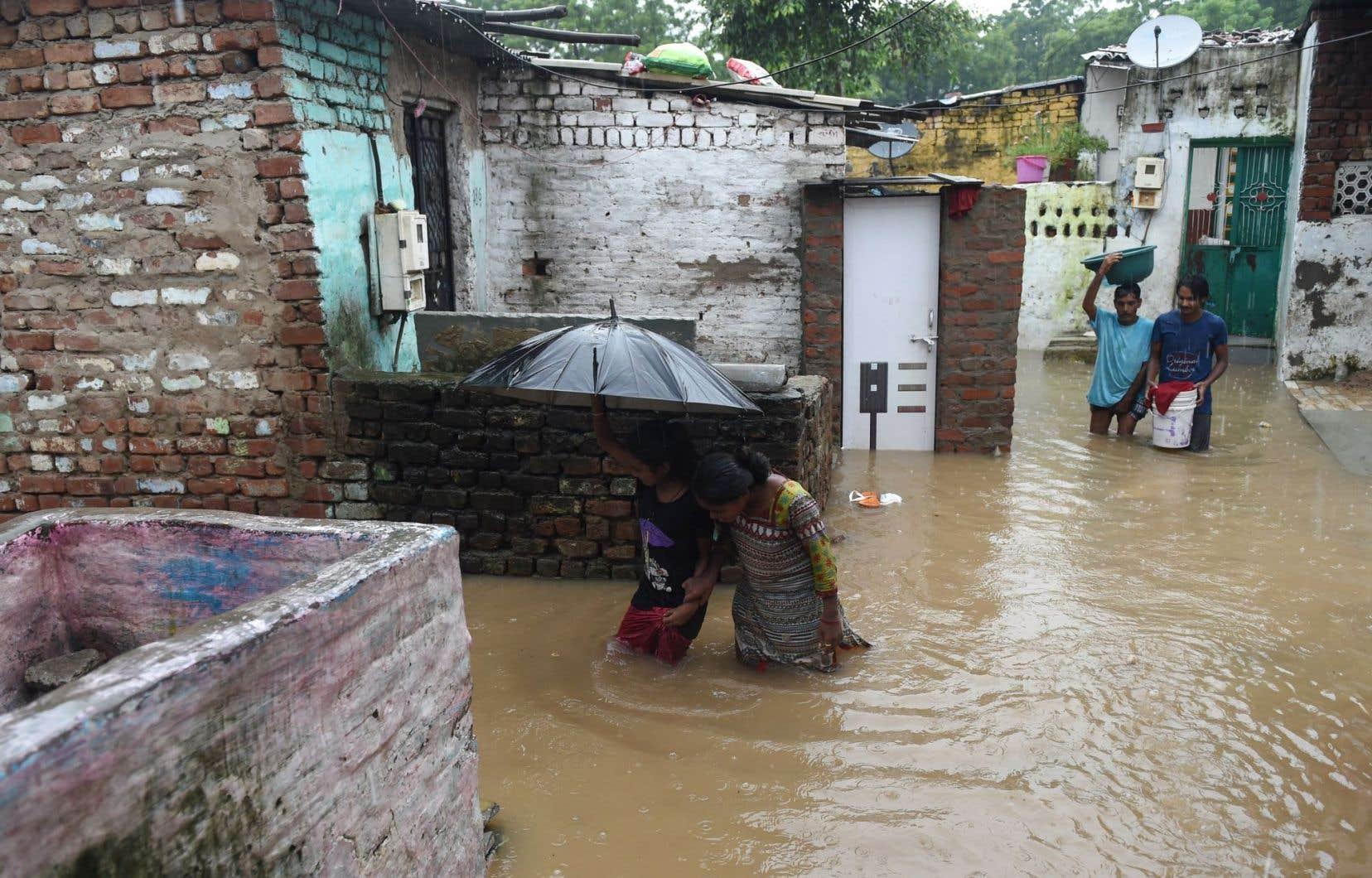 Les pluies diluviennes de la mousson continuent de faire des victimes en Inde.