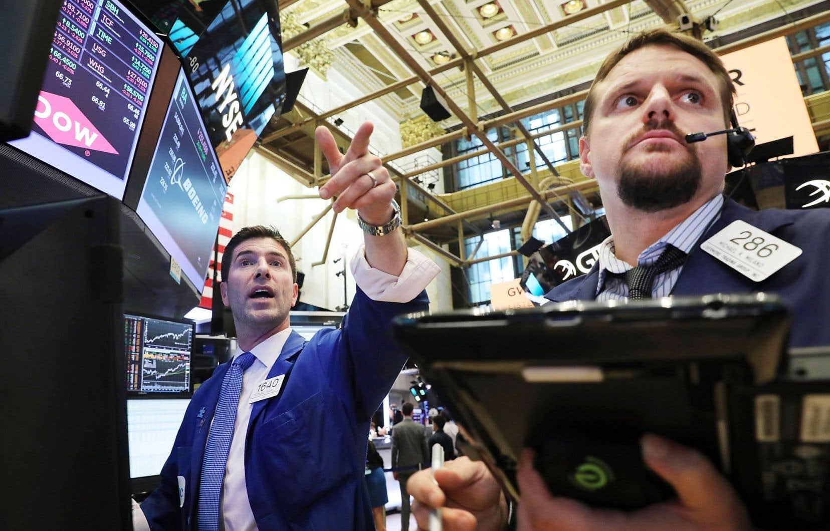Wall Street a terminé à des records mercredi, profitant de bons résultats d'entreprises et du statu quo sur la politique monétaire.
