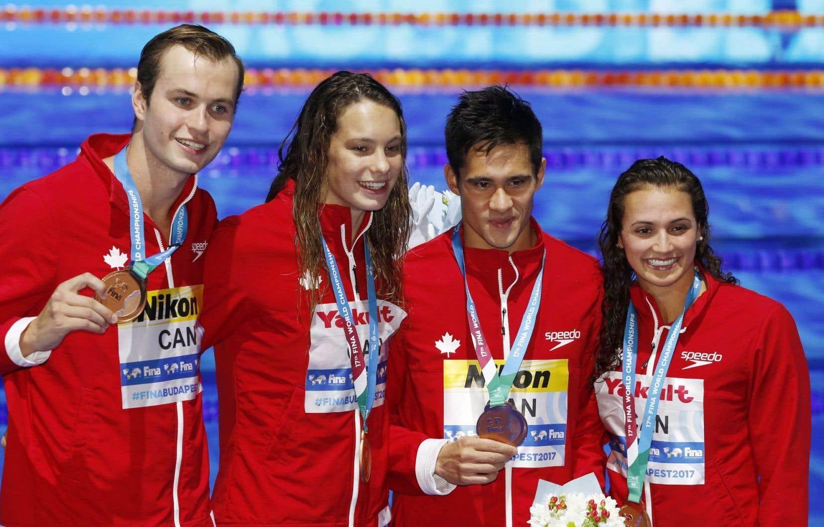 Yuri Kisil, Penny Oleksiak, Richard Funk et Kylie Jacqueline Masse lors de la remise de leur médaille
