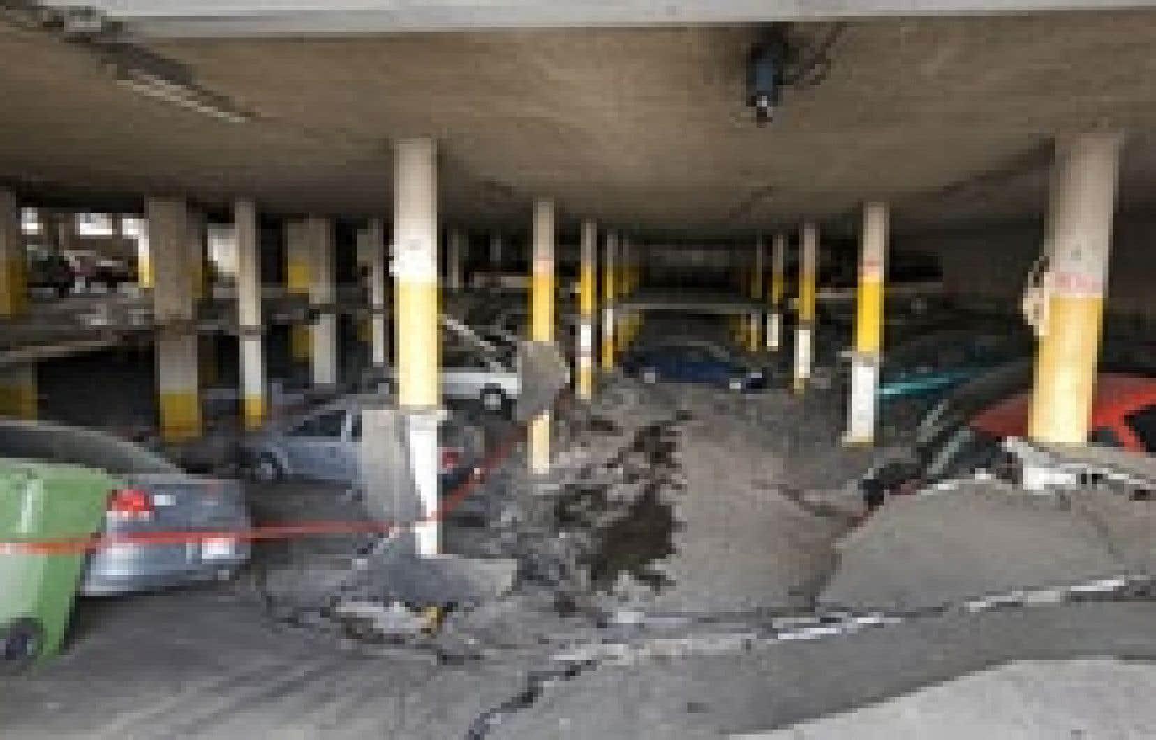 Pour une raison encore inconnue, une dalle de béton de 900 mètres carrés d'un stationnement souterrain adjacent à un immeuble de Saint-Laurent s'est effondré sur les voitures stationnées, hier matin, tuant un homme de 36 ans dans son véhicule.