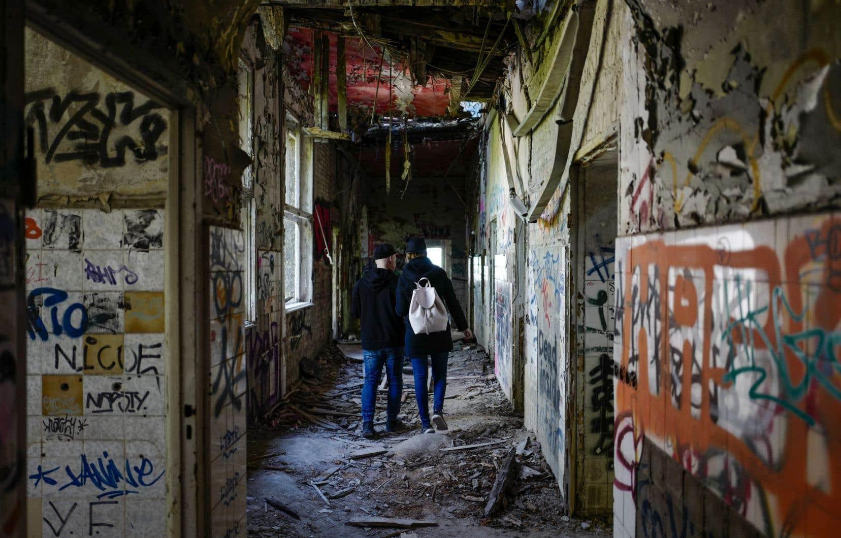 Max et Mila, deux jeunes Lettons, décryptent les graffitis sur les murs.