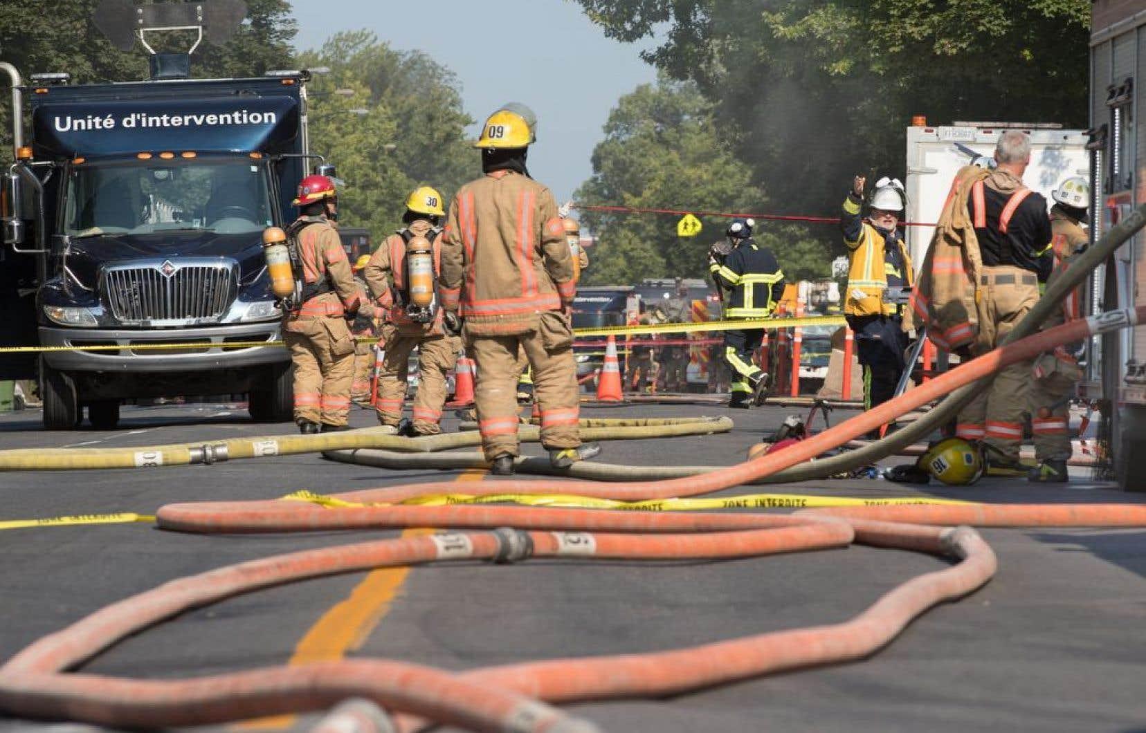 Une fuite de gaz a provoqué lundi matin la fermeture de la rue Saint-Denis à Montréal, entre les rues Bellechasse et Beaubien.