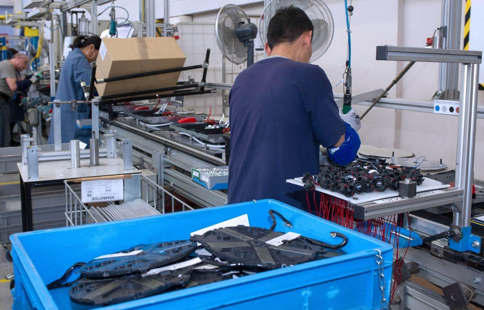 Un employé travaille sur une chaîne d'assemblage d'une usine de FagorBrandt à Saint-Jean-de-la-Ruelle en France.