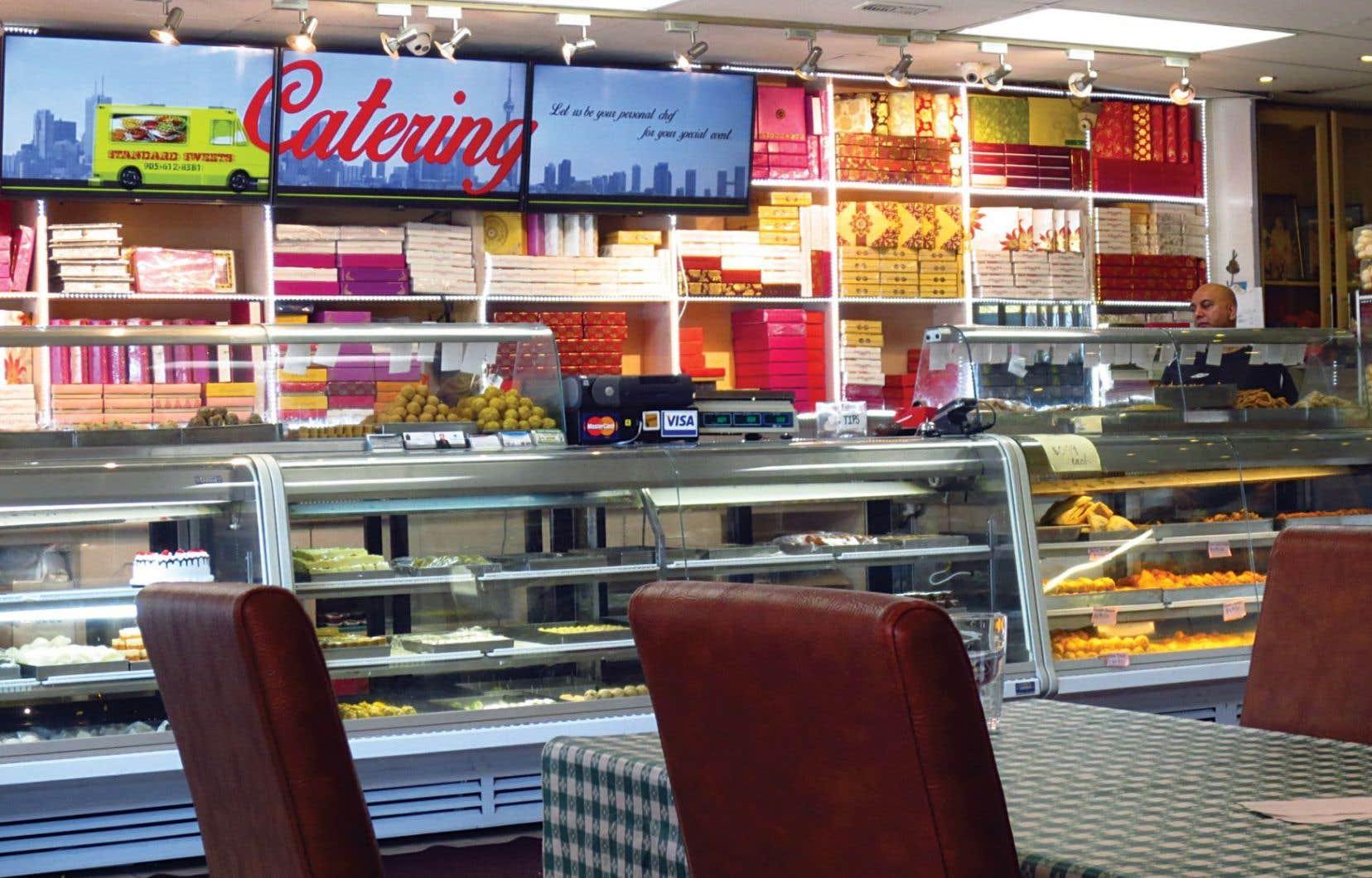 À la Singh Plaza, le restaurant indien Standard Sweets Snacks est une attraction par ses couleurs et son comptoir de friandises.