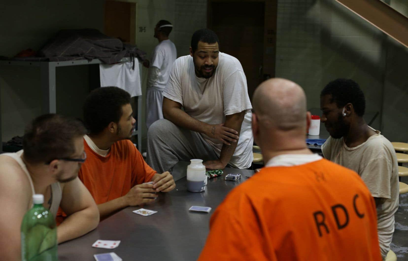«60 jours en prison» est une téléréalité qui tombe dans la caricature de l'Amérique profonde, où l'on accole aux participants blancs des accusations de fraudes alors qu'on accuse les personnes noires de violence.