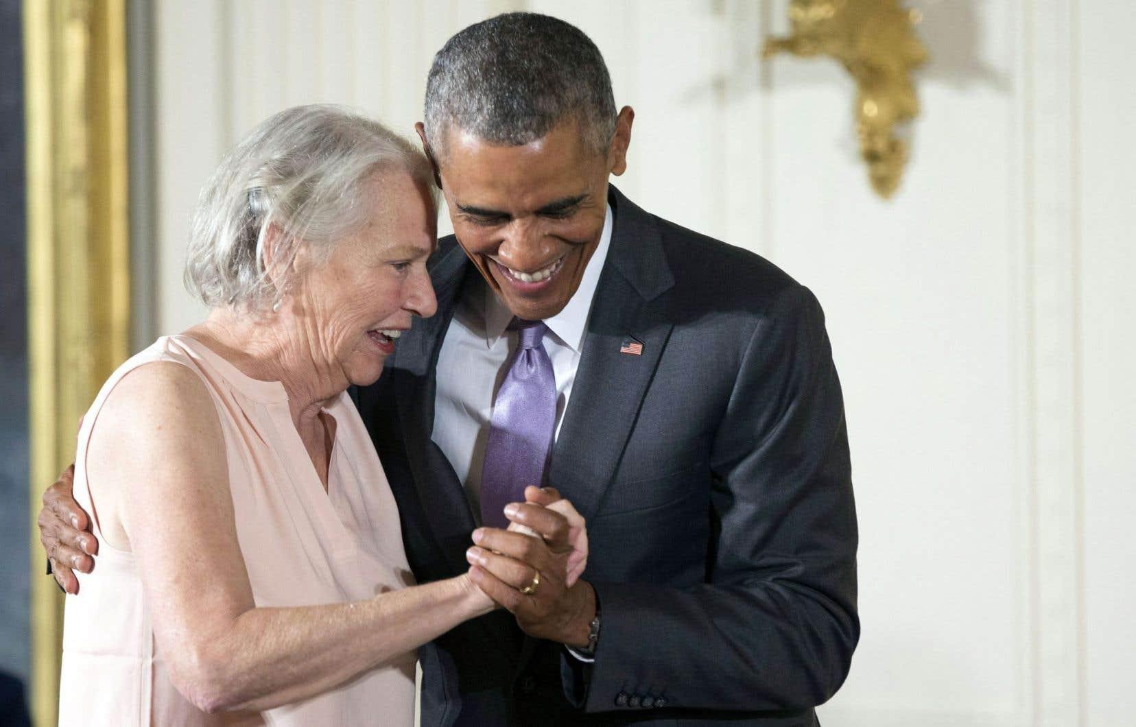 La romancière Annie Dillard a reçu des mains du président Barack Obama la médaille nationale des Lettres (National Humanities) en septembre 2015.