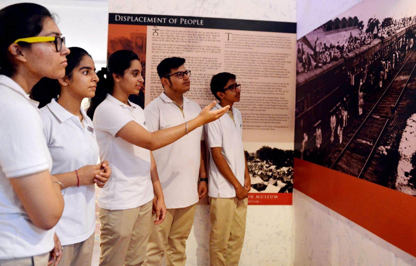 Des étudiants indiens regardent des photographies prises lors de la partition de l'Inde et du Pakistan, il y a 70ans, au Musée de la Partition, à Amritsar, ville sainte des sikhs située au nord-ouest de l'État du Pendjab indien.