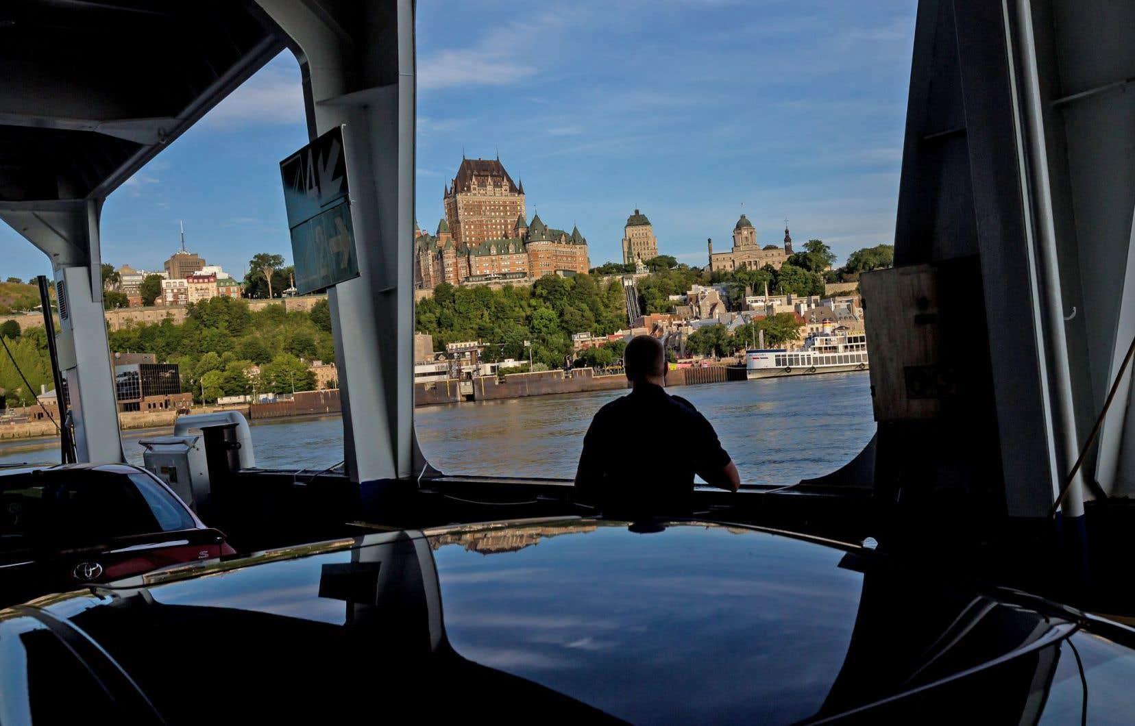 À Québec, le traversier qui relie les deux rives permet aux cyclistes et aux automobilistes d'éviter le trafic des ponts et, ainsi, d'économiser de précieuses minutes.