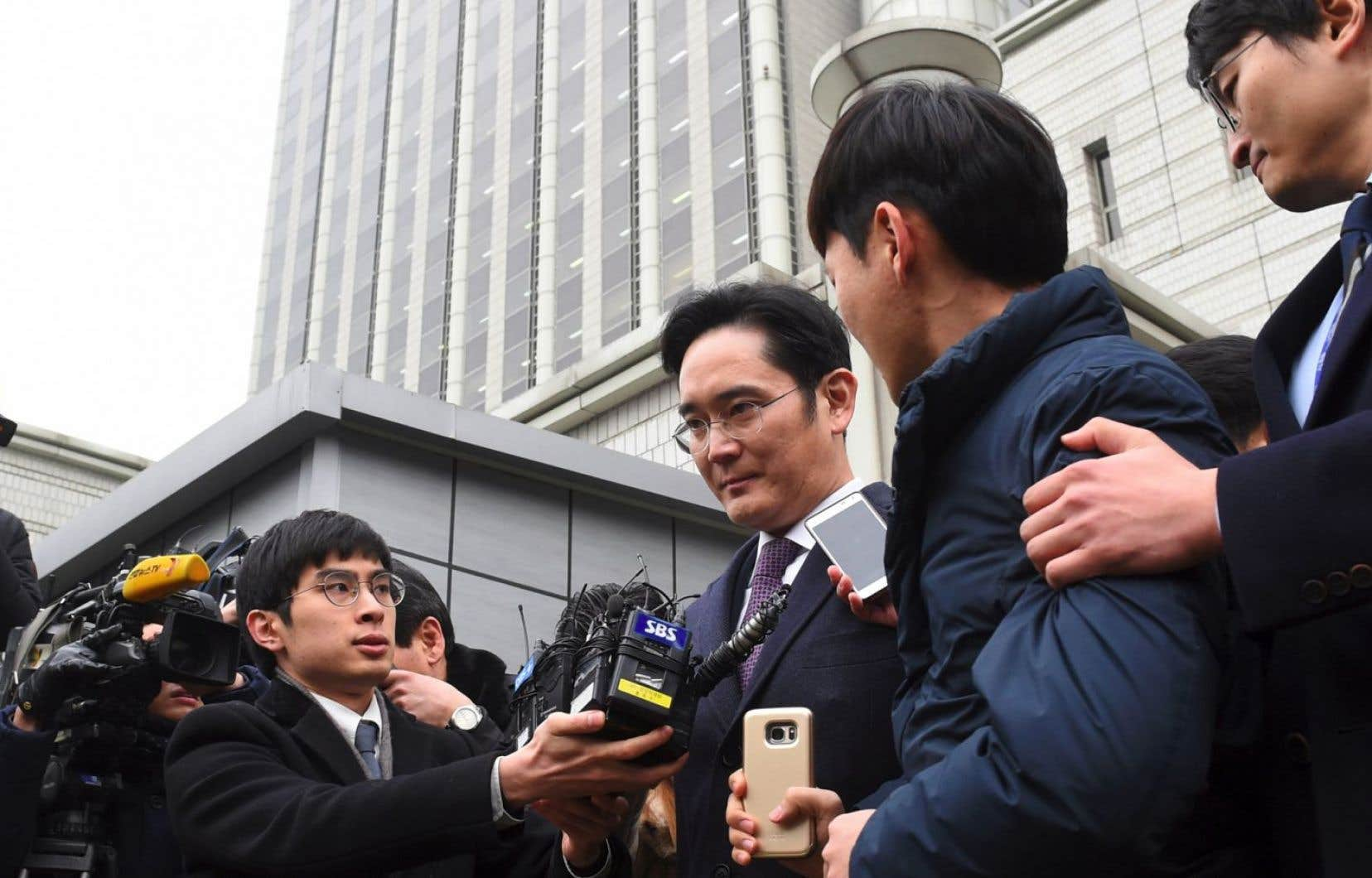 Lee Jae-yong et quatre autres cadres dirigeants de Samsung sont soupçonnés d'avoir versé à Choi Soon-sil, une confidente de l'ombre de l'ex-présidente Park Geun-hye, des millions de dollars en échange de faveurs politiques.