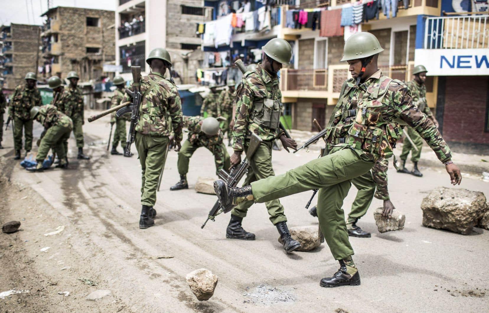 Des policiers patrouillent les bidonsvilles de Mathare, à Nairobi, après une manifestation pro-opposition, le 11 août.