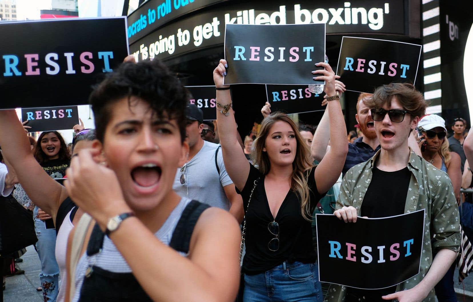 Des manifestants dénonçant les actions du président Donald Trump, à Times Square, le 26juillet dernier, jour où il a annoncé l'interdiction de l'emploi des transsexuels à la défense nationale