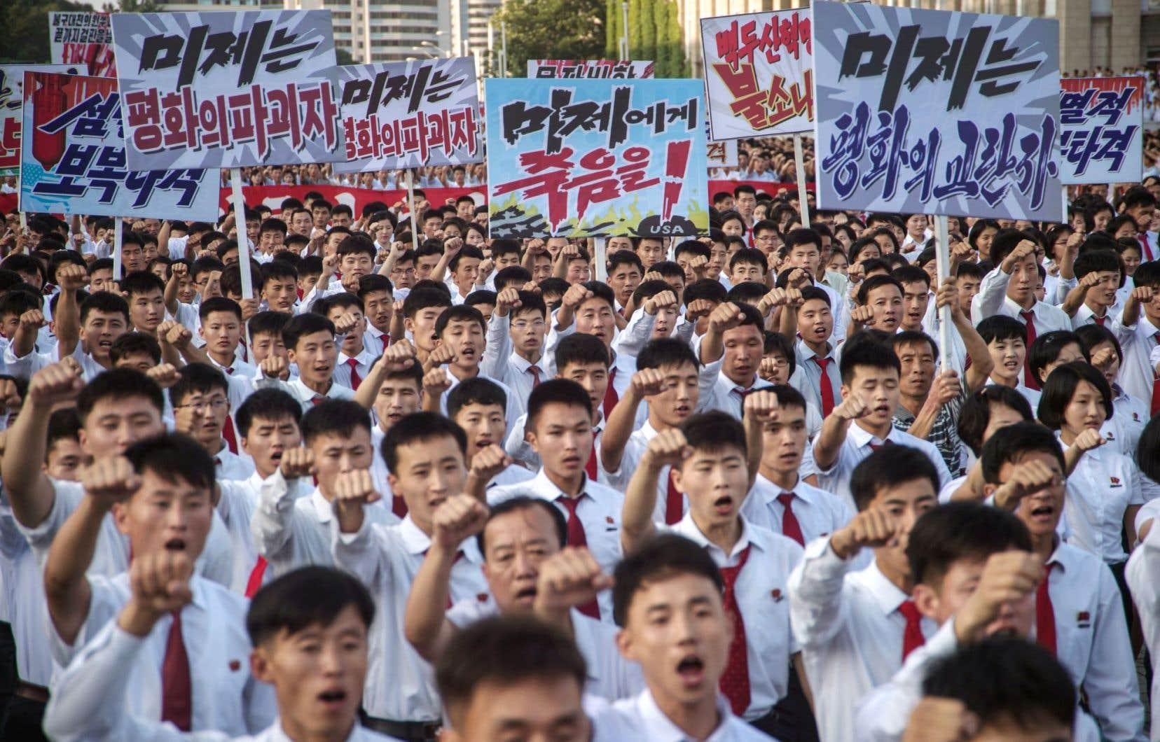 Des Nord-Coréens lancent des slogans appuyant la position de leur pays dans le conflit sur le nucléaire qui l'oppose aux États-Unis.