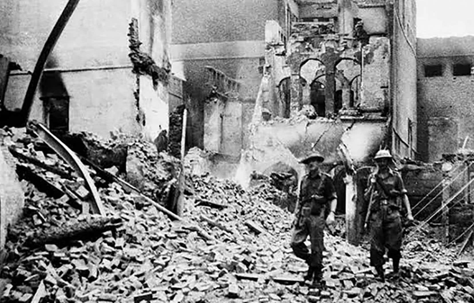 En juin 1947, les émeutes entre sikhs et musulmans à Amritsar en Inde s'étaient intensifiées. Amritsar était sous les flammes. Sur la photo, des soldats indiens marchent dans les rues d'Amristar en 1947.