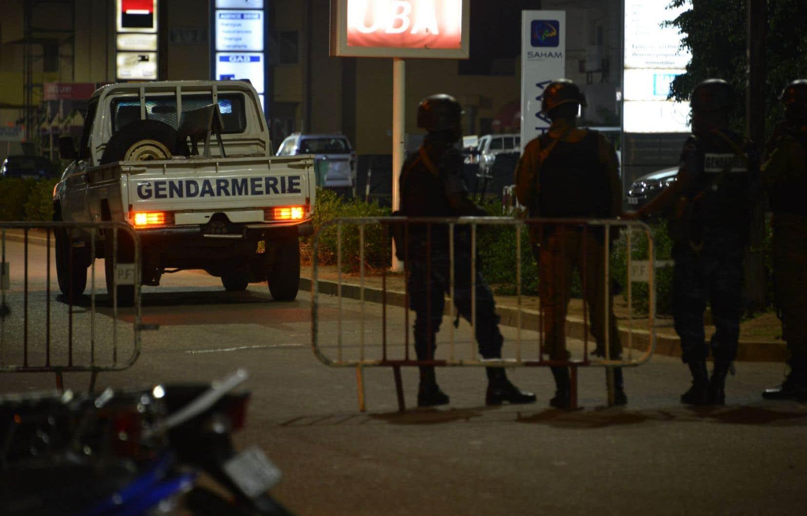 Des gendarmes patrouillent les rues de Ouagadougou après l'attaque de présumés djihadistes dans un café, dimanche soir.