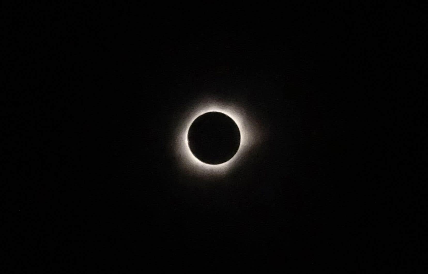 Une éclipse solaire totale observée depuis la ville de Ternate, dans les îles Maluku en Indonésie, le 9 mars 2016