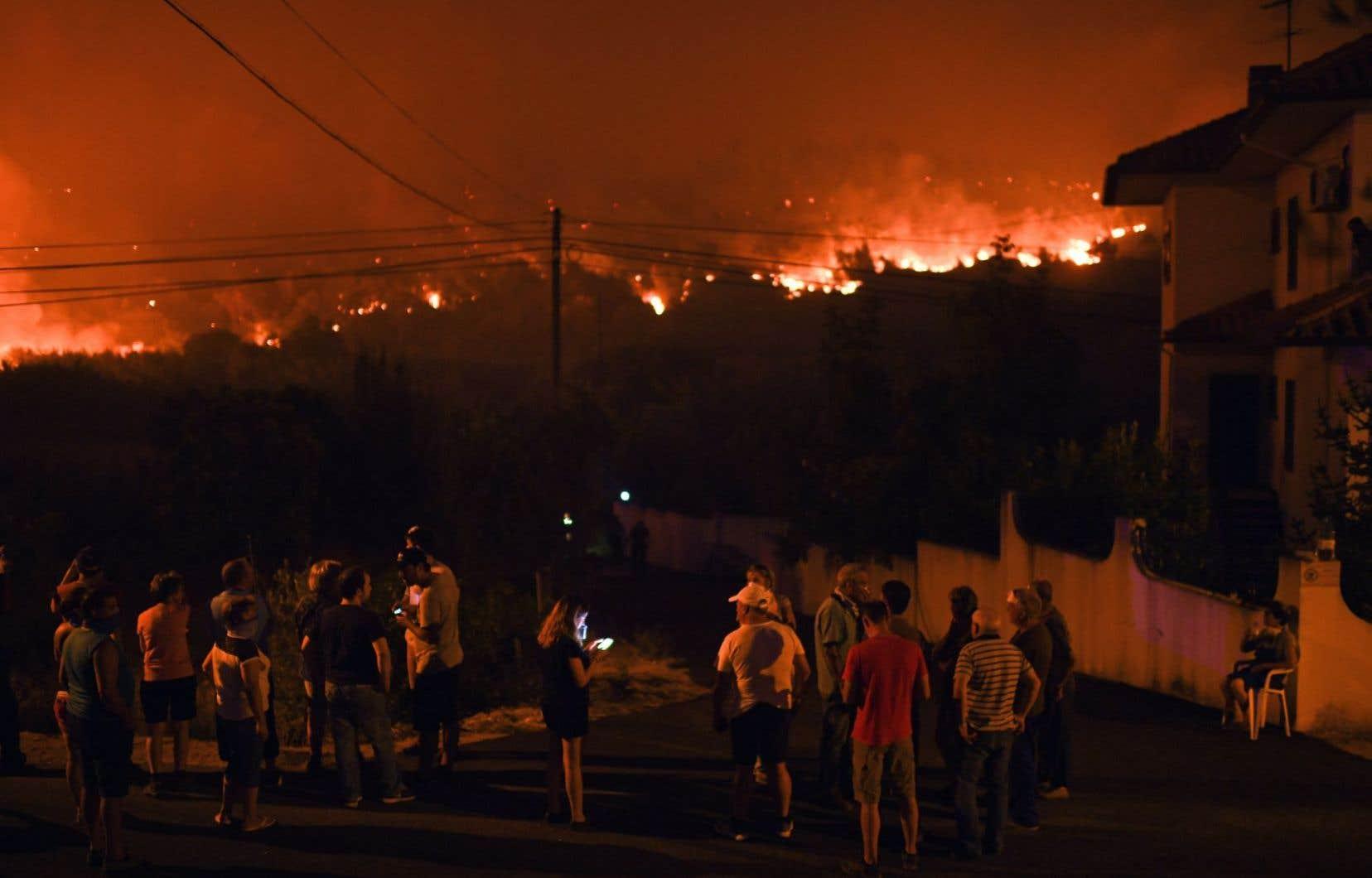 Des habitants du village de Rio de Moinhos, dans la région d'Abrantes, lors d'une nouvelle série de feux, vendredi dernier.