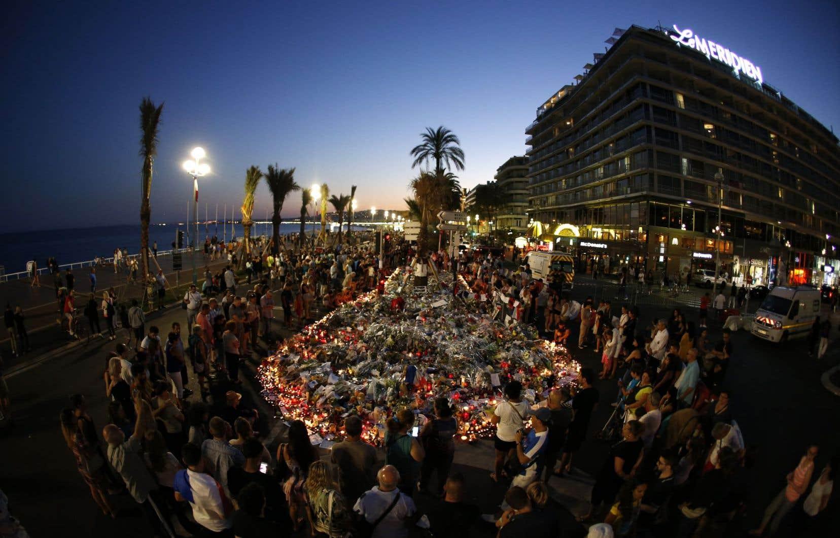 Un mémorial avait été installé sur la Promenade des Anglais, à Nice, le 17 juillet 2016, en hommage aux victimes de l'attentat survenu trois jours plus tôt.