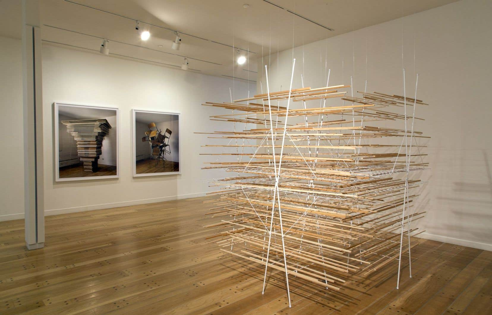 Au premier plan, une œuvre de Michael A. Robinson; à l'arrière, des œuvres de James Nizam