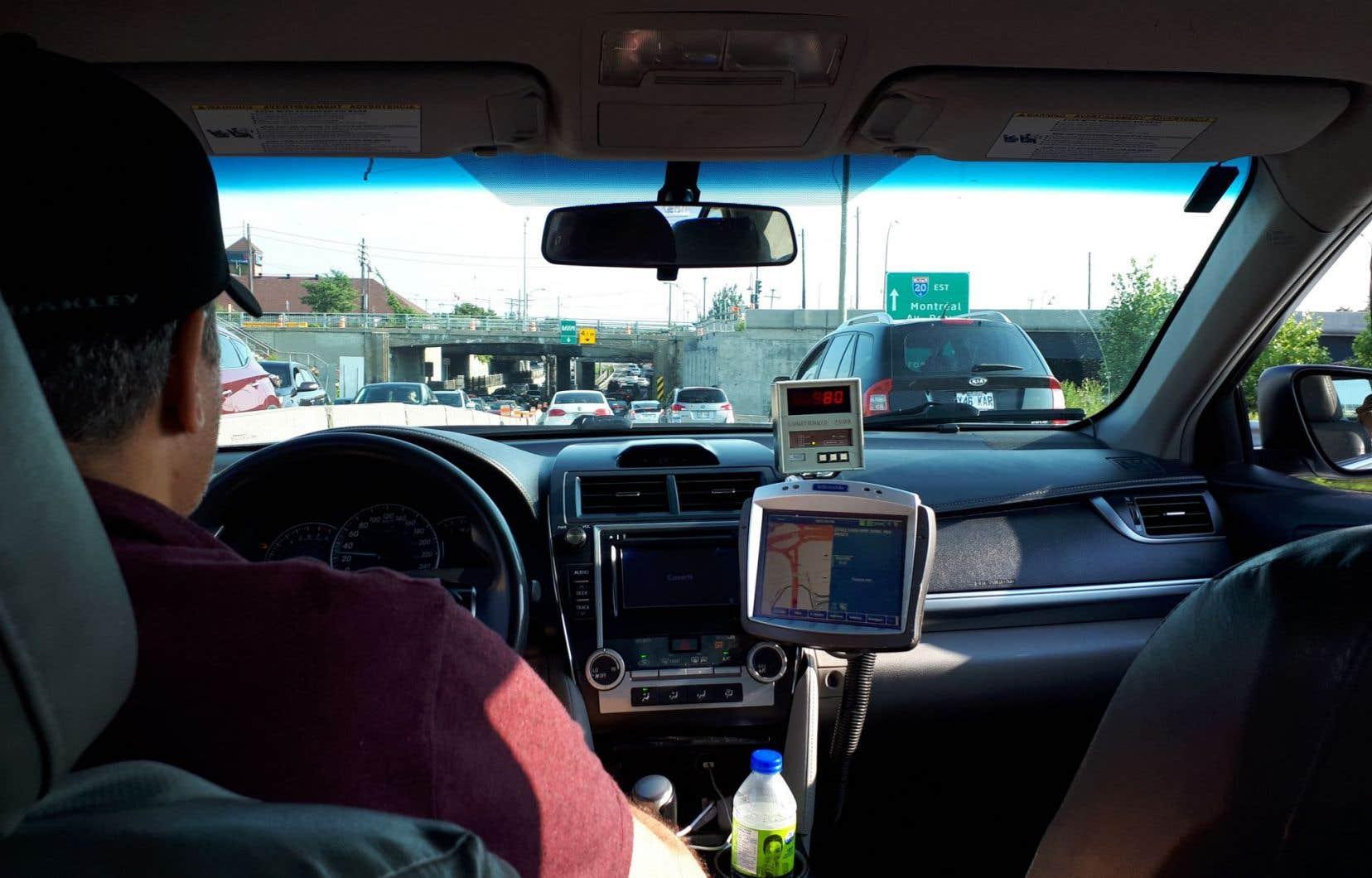 Depuis l'arrivée d'Uber, on estime que la valeur des permis à Montréal a plongé à quelque 80000$, après avoir frôlé les 200000$.