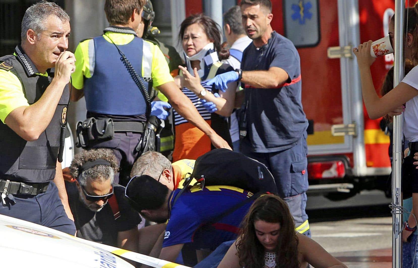 Policiers, ambulanciers et simples passants se sont empressés de porter secours aux victimes après l'attaque au véhicule-bélier.