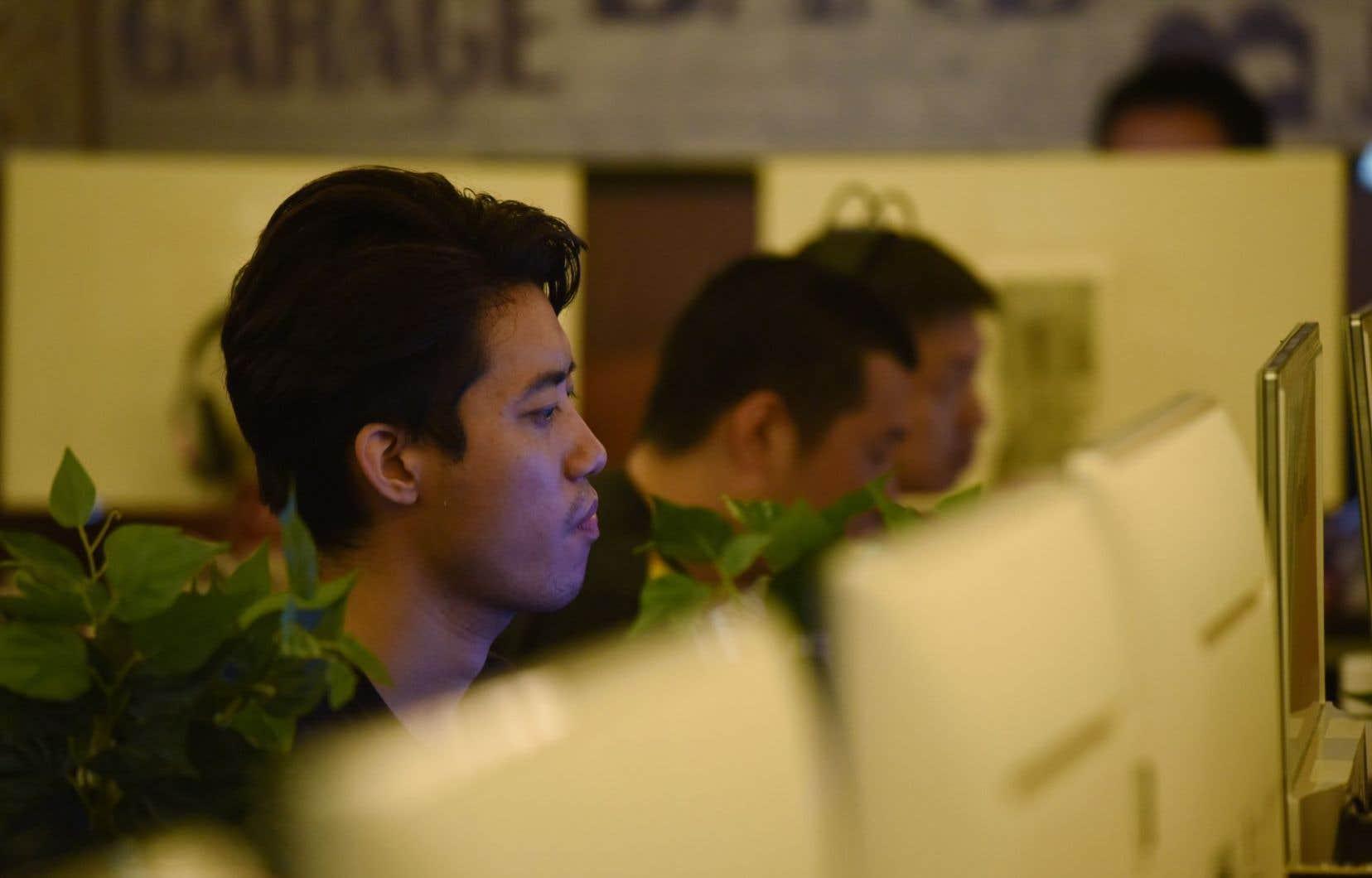 Un homme utilise un ordinateur dans un cybercafé à Pékin le 1er juin 2017.