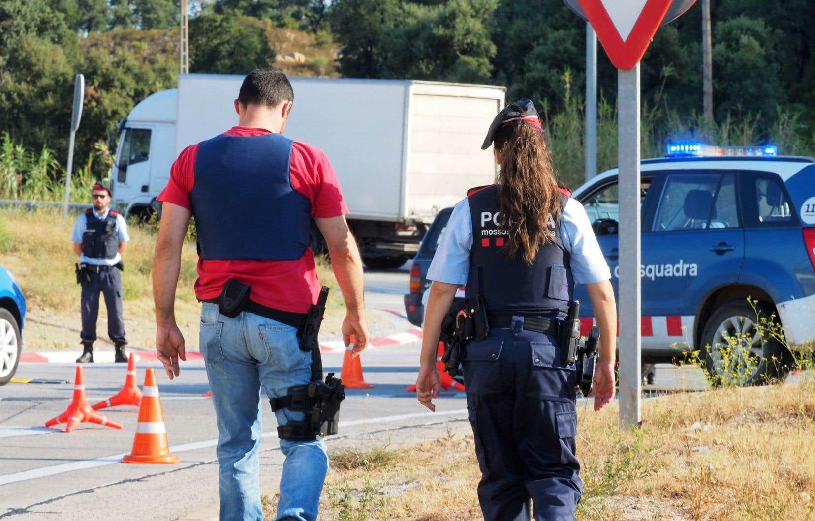 Des policiers espagnols contrôlent les véhicules à la frontière entre l'Espagne et la France.