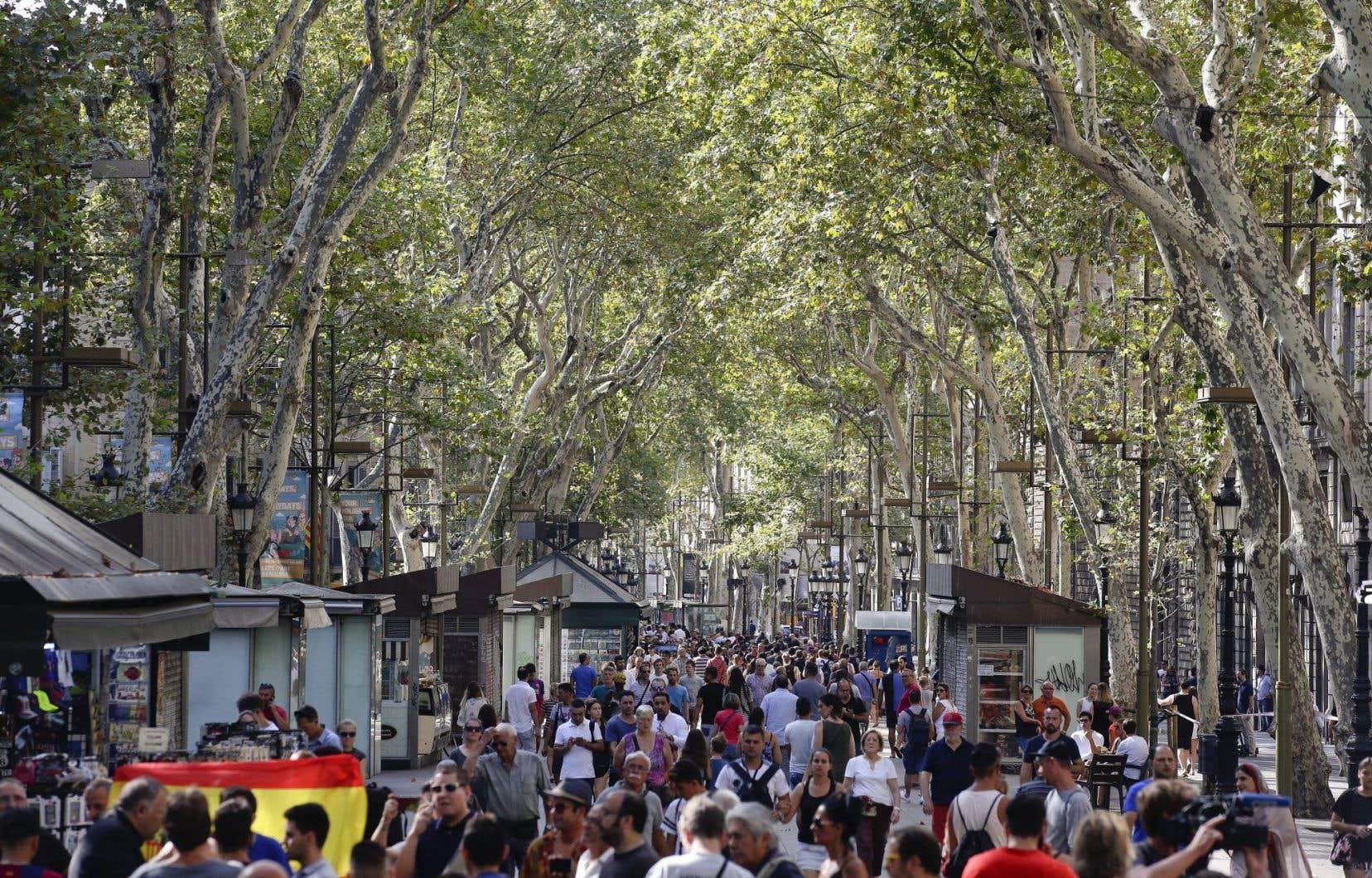 Touristes et Barcelonais ne se sont pas laissés intimider et sont retournés sur la Rambla au lendemain de l'attaque terroriste.