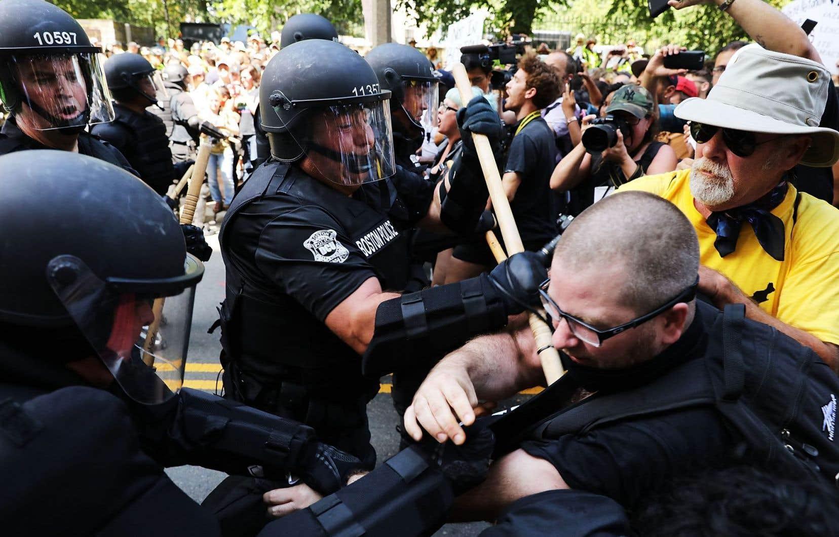Les manifestants anti-racisme font face à la police antiémeute escortant des militants conservateurs, samedi après-midi, à Boston.
