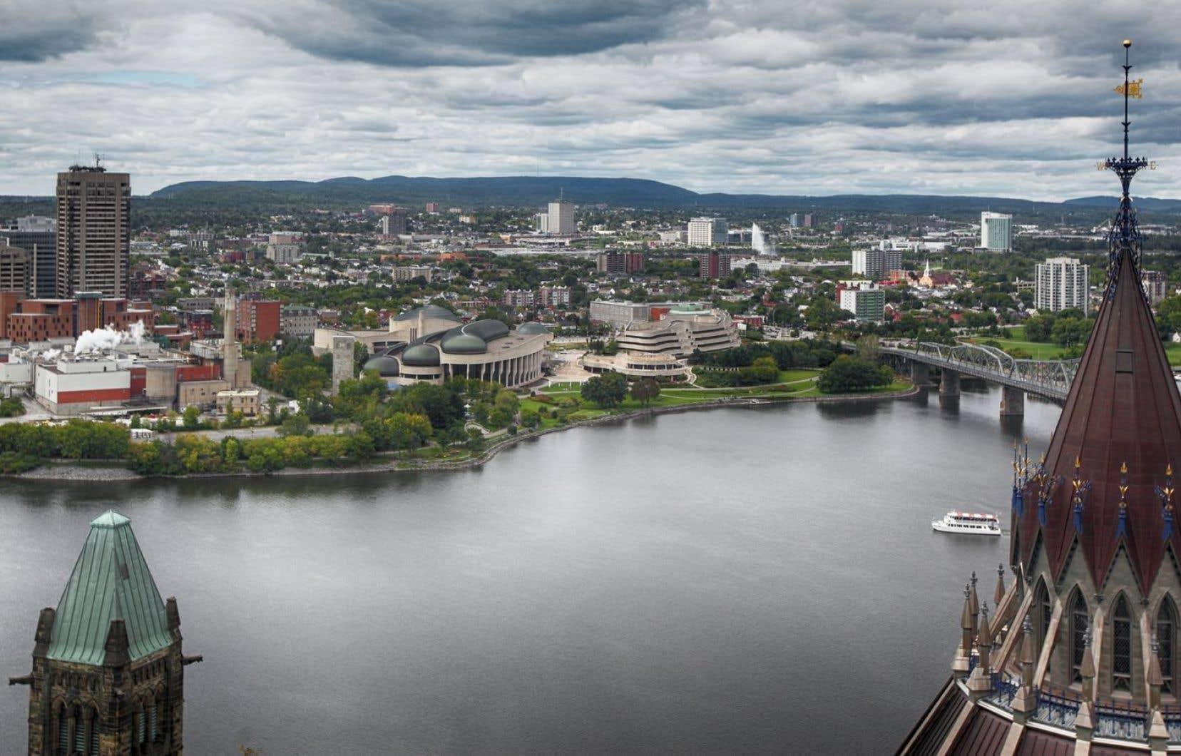 Les 1271 kilomètres de la rivière des Outaouais à la frontière du Québec et de l'Ontario ont été importants pour les Premières Nations, la traite des fourrures et le commerce du bois.