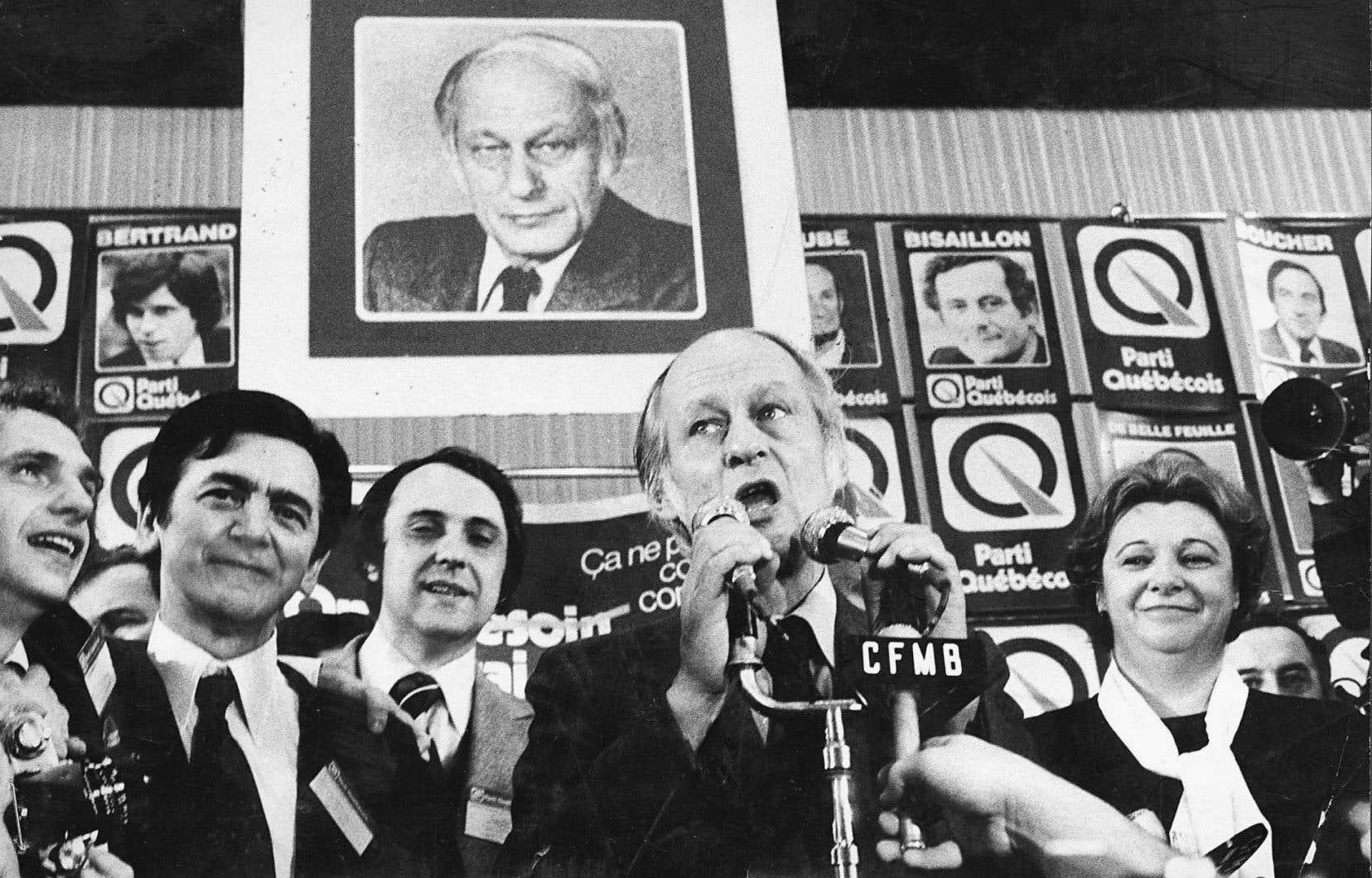 Peu de temps après l'élection du 15 novembre 1976, le premier ministre René Lévesque (au centre) charge Camille Laurin (deuxième à gauche) de réviser la Loi sur la langue officielle.