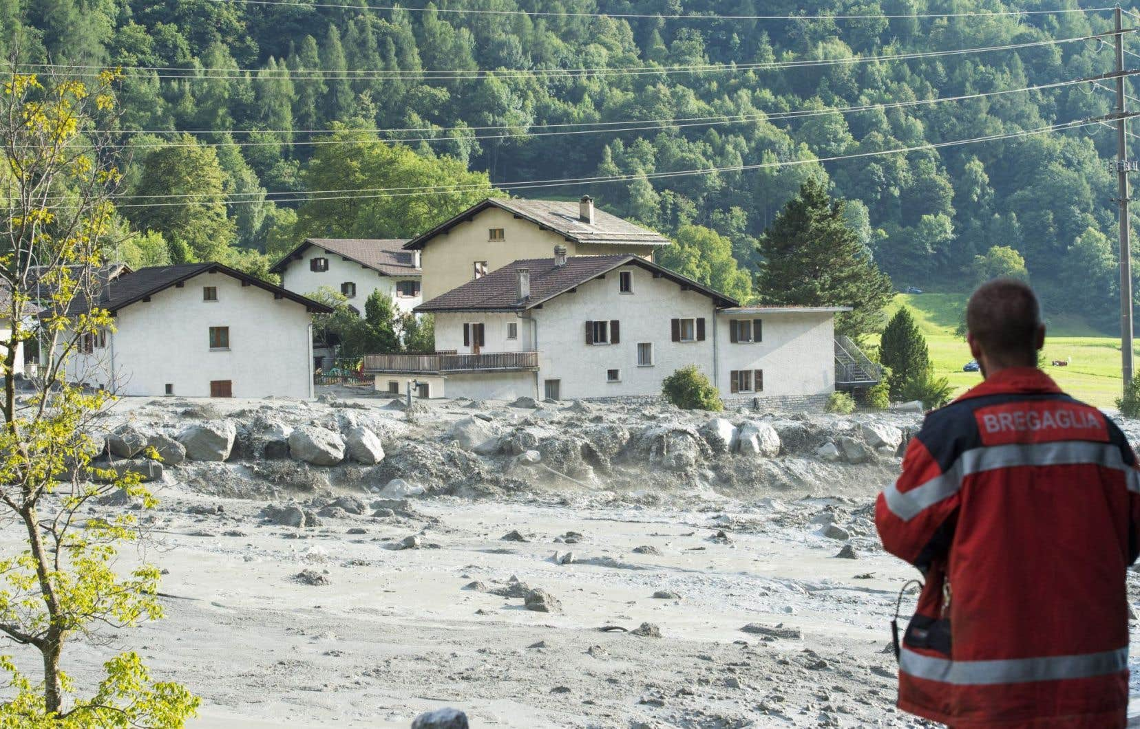 Au total, douze bâtiments ont été endommagés ou détruits, selon la police.