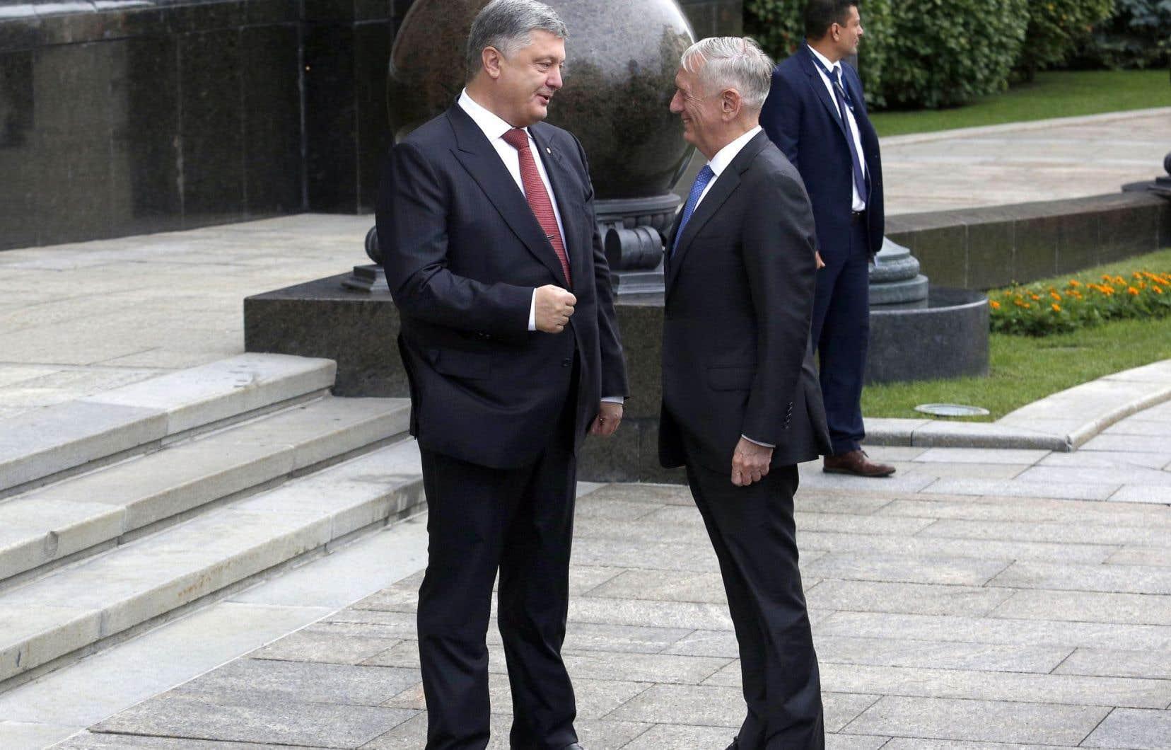 Le président ukrainien, Petro Poroshenko, avec le secrétaire américain à la Défense, Jim Mattis