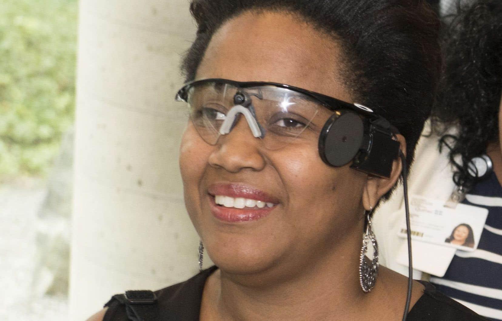 Sandra Cassell avec sa prothèse rétinienne